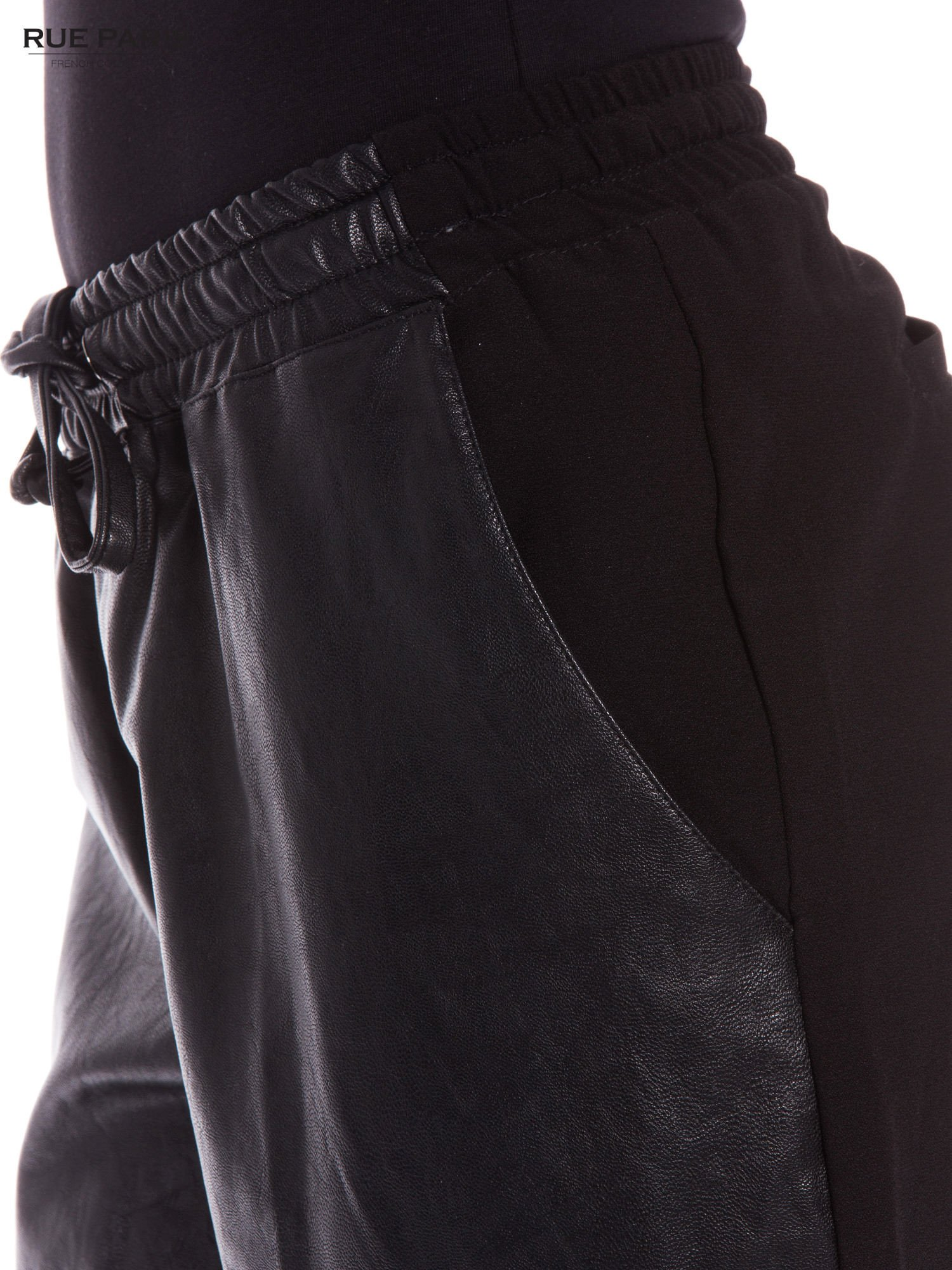 Czarne spodnie dresowe damskie ze skórzanym przodem                                  zdj.                                  4