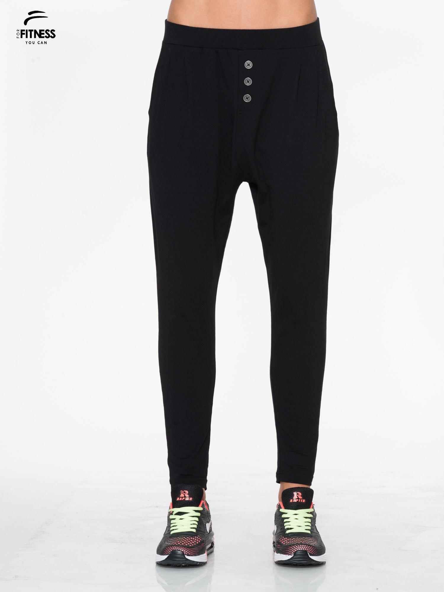Czarne spodnie dresowe typu baggy z guziczkami                                  zdj.                                  1