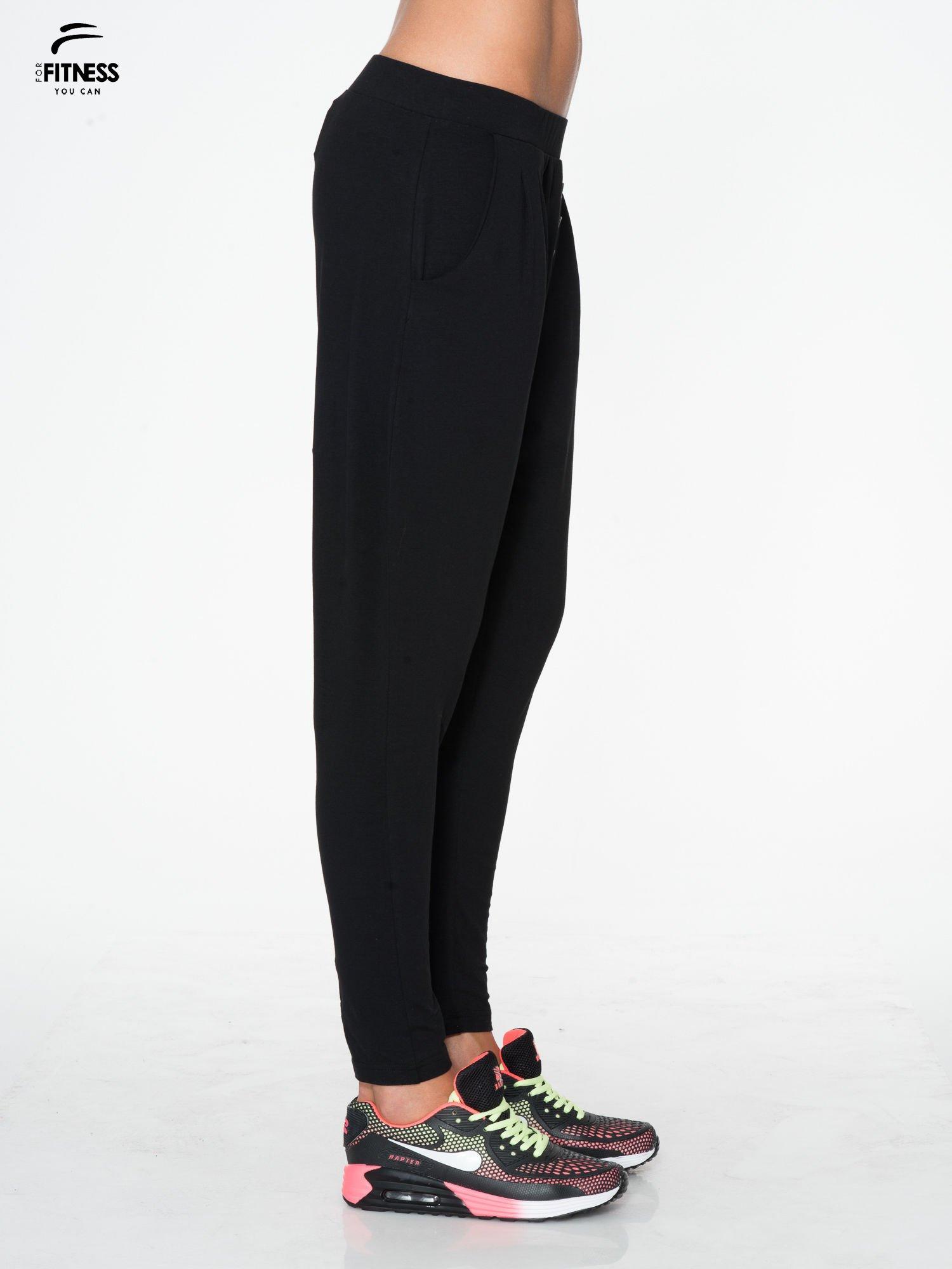 Czarne spodnie dresowe typu baggy z guziczkami                                  zdj.                                  2