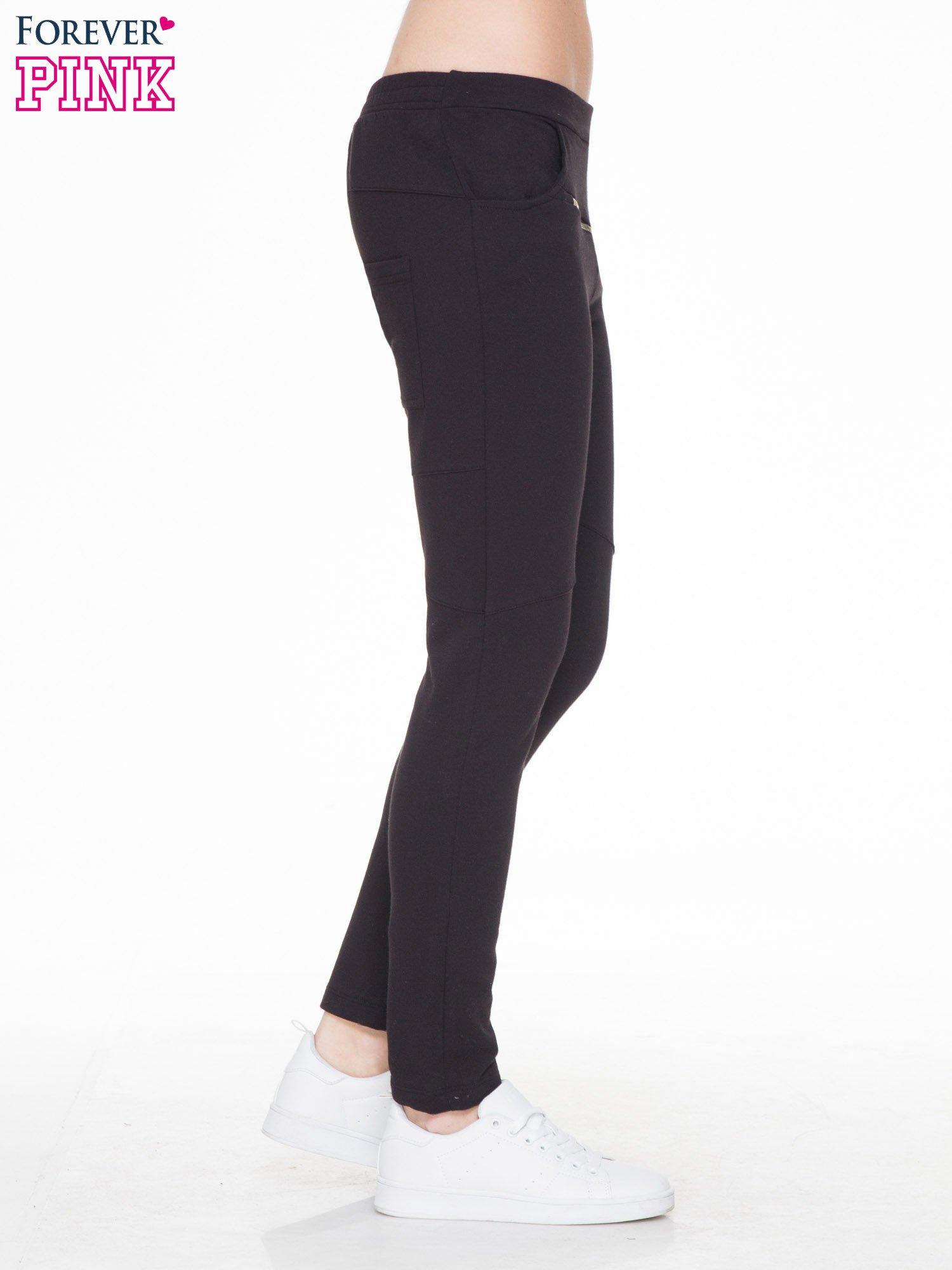 Czarne spodnie dresowe typu baggy z suwakiem                                  zdj.                                  3