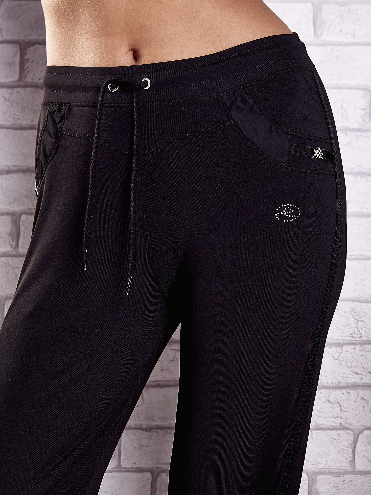 Czarne spodnie dresowe z aplikacjami z dżetów PLUS SIZE                                  zdj.                                  4