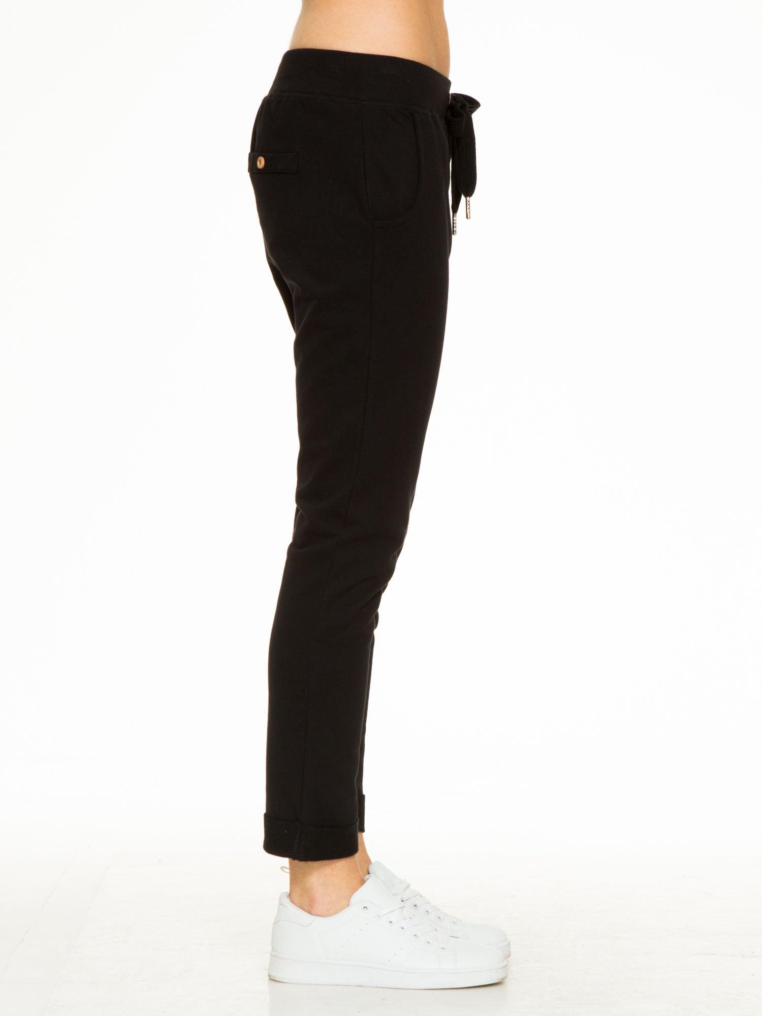 Czarne spodnie dresowe z guzikami wiązane w pasie                                  zdj.                                  7
