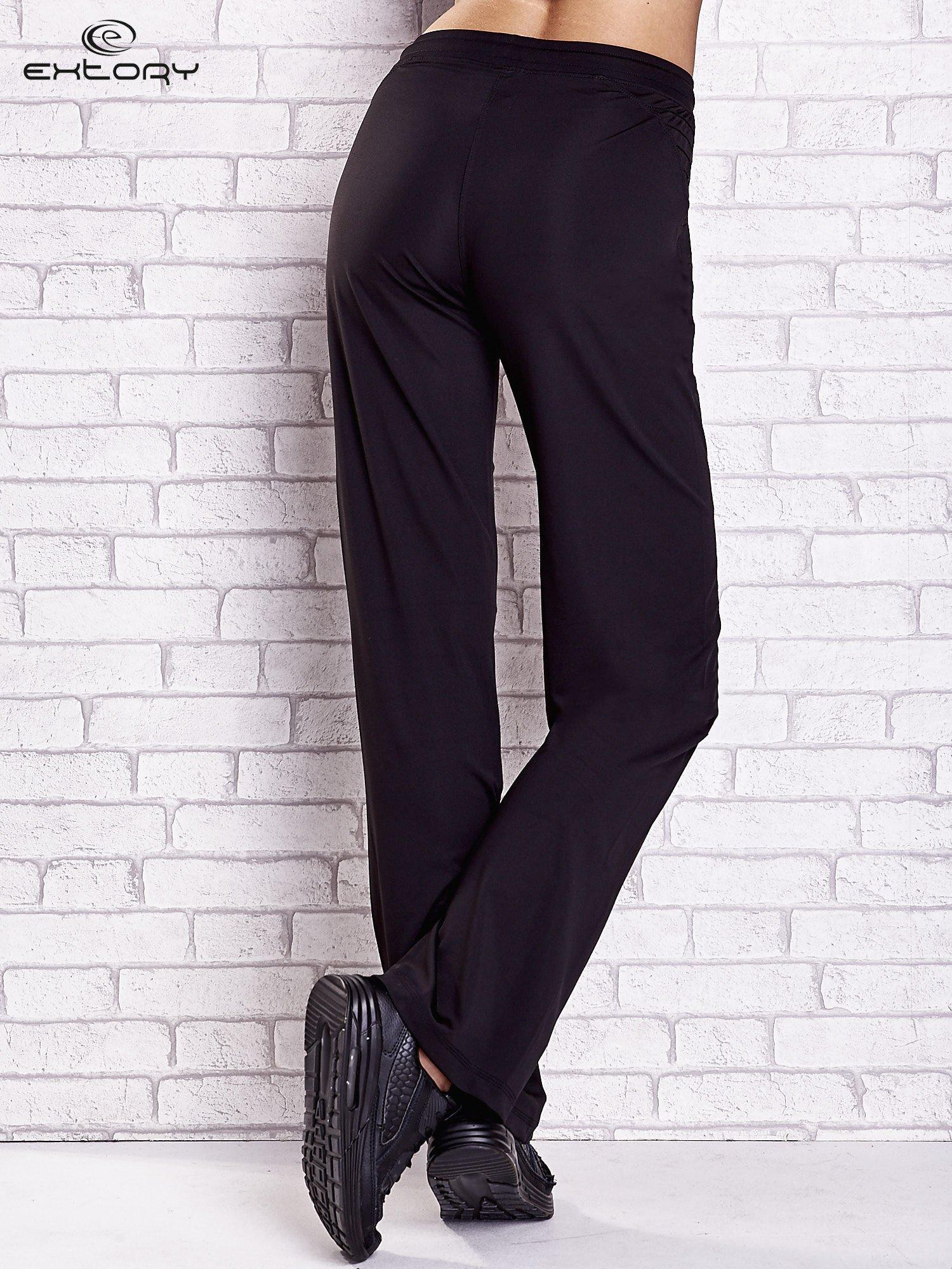 Czarne spodnie dresowe z haftowanymi wstawkami PLUS SIZE                                  zdj.                                  2