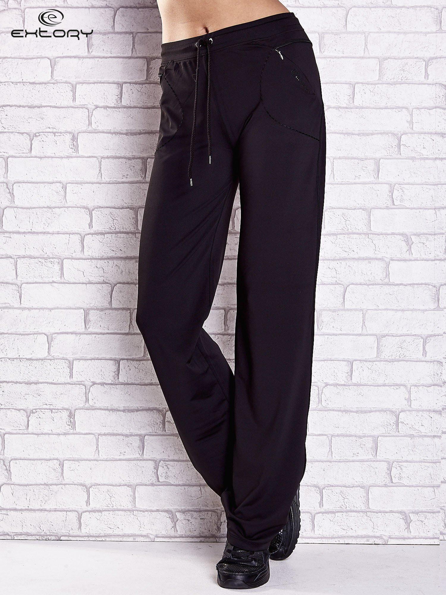 Czarne spodnie dresowe z kieszonką i haftem PLUS SIZE                                  zdj.                                  1