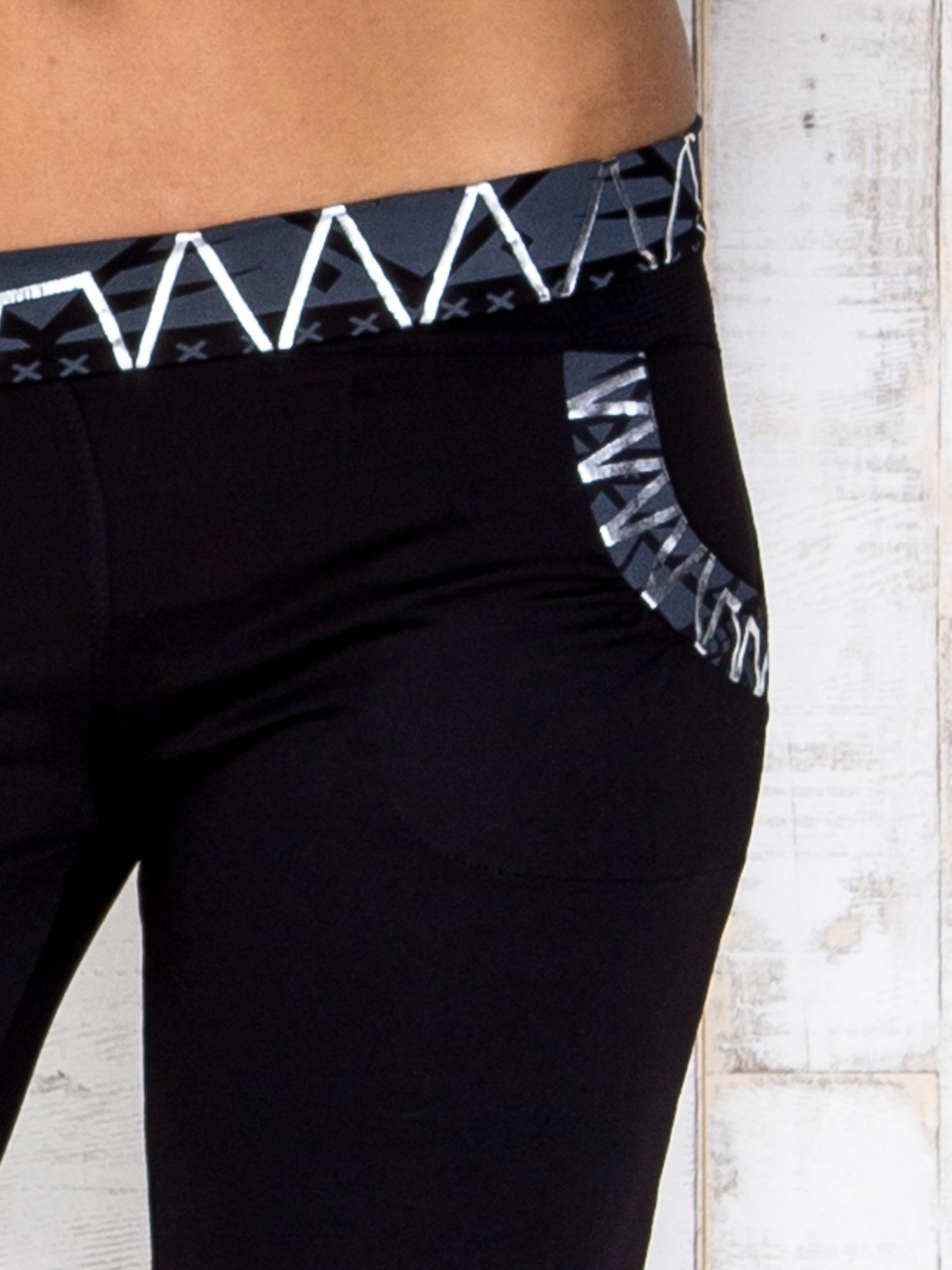Czarne spodnie dresowe z srebrnymi wstawkami                                  zdj.                                  4