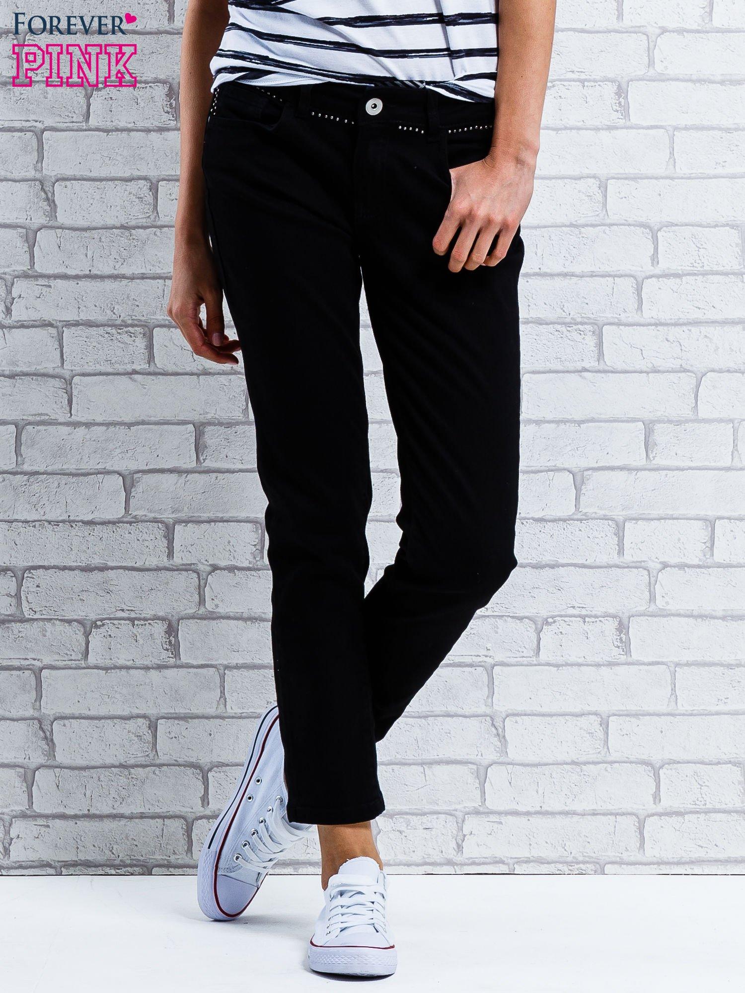 Czarne spodnie regular jeans z dżetami w pasie                                  zdj.                                  1