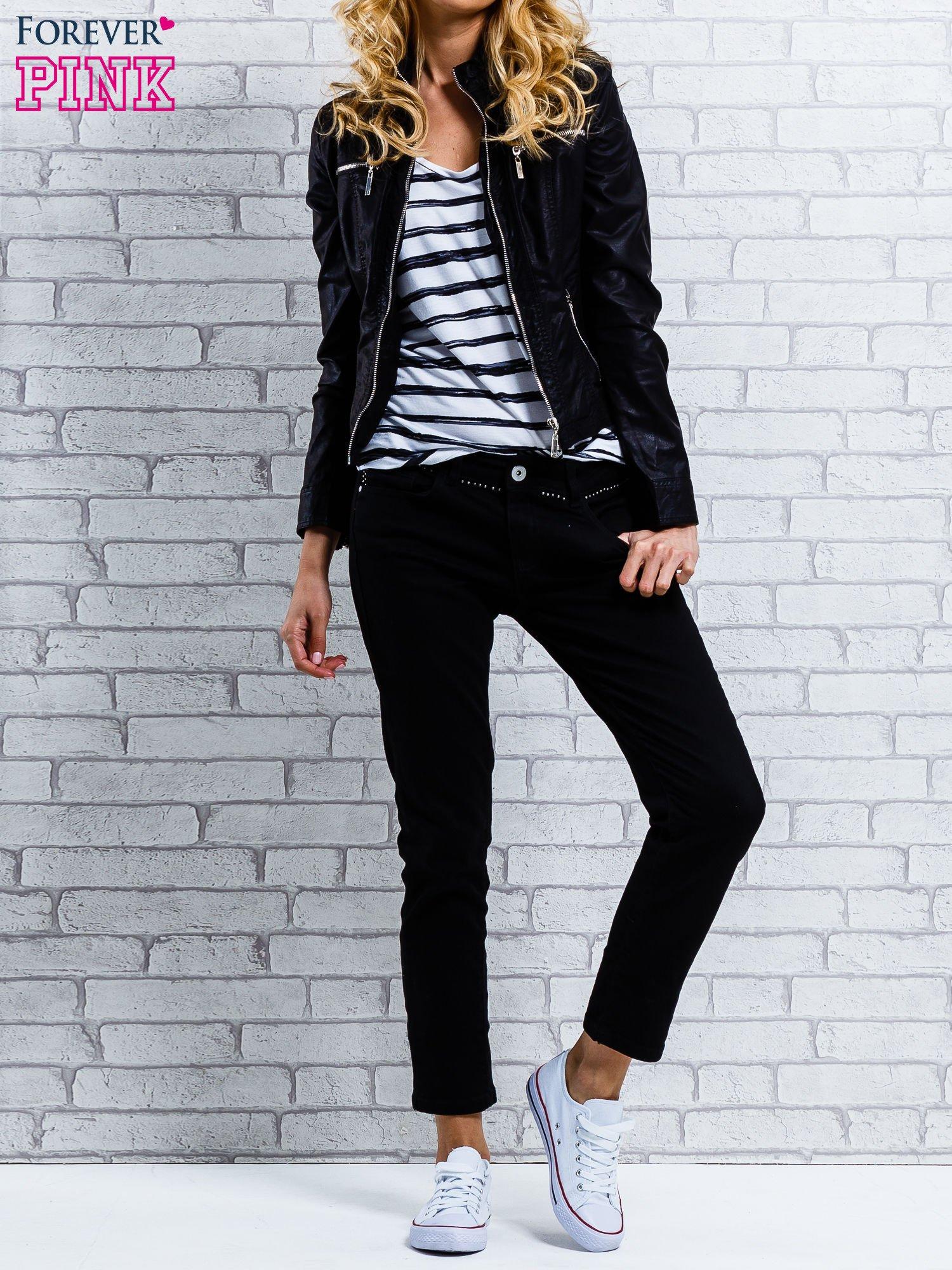 Czarne spodnie regular jeans z dżetami w pasie                                  zdj.                                  4