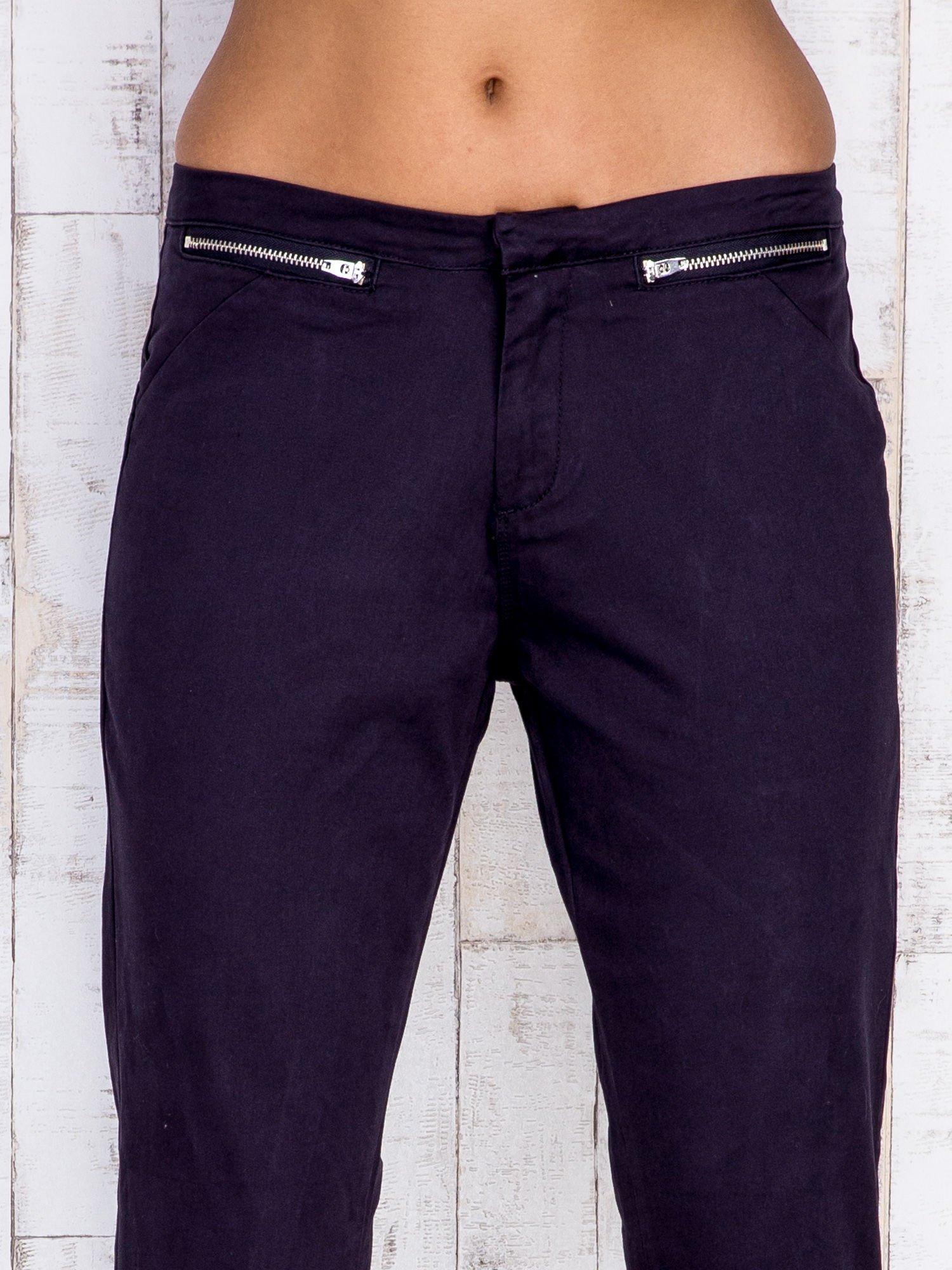 Czarne spodnie z kieszeniami na suwak                                  zdj.                                  4