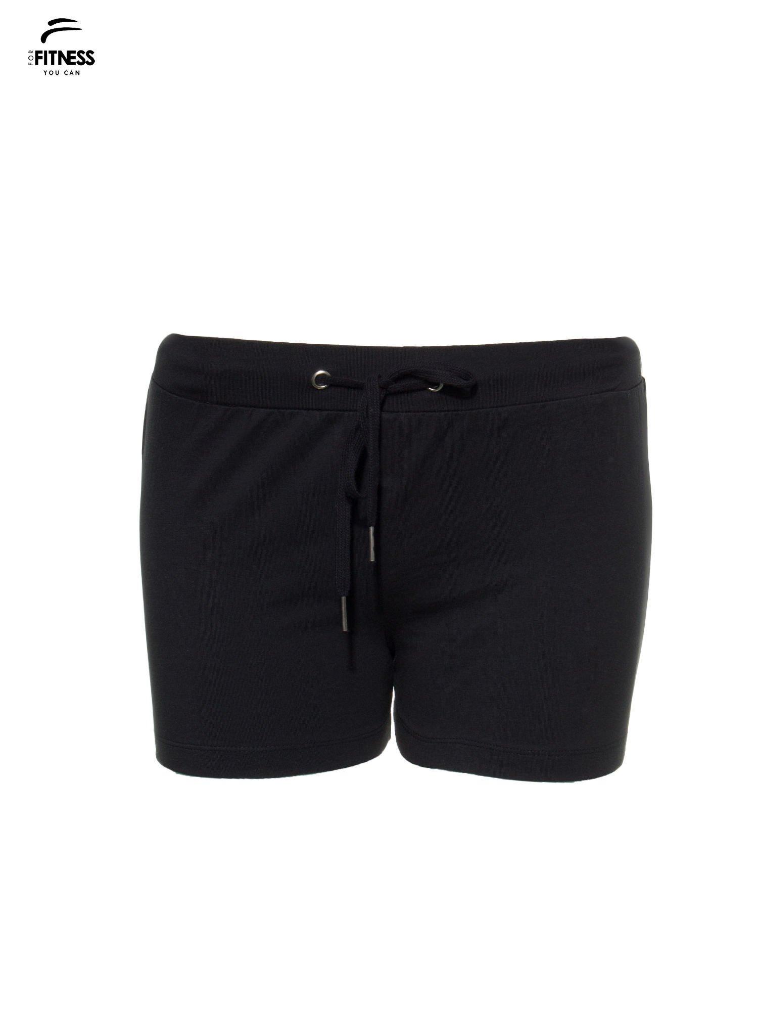 Czarne szorty dresowe wiązane w pasie                                  zdj.                                  4