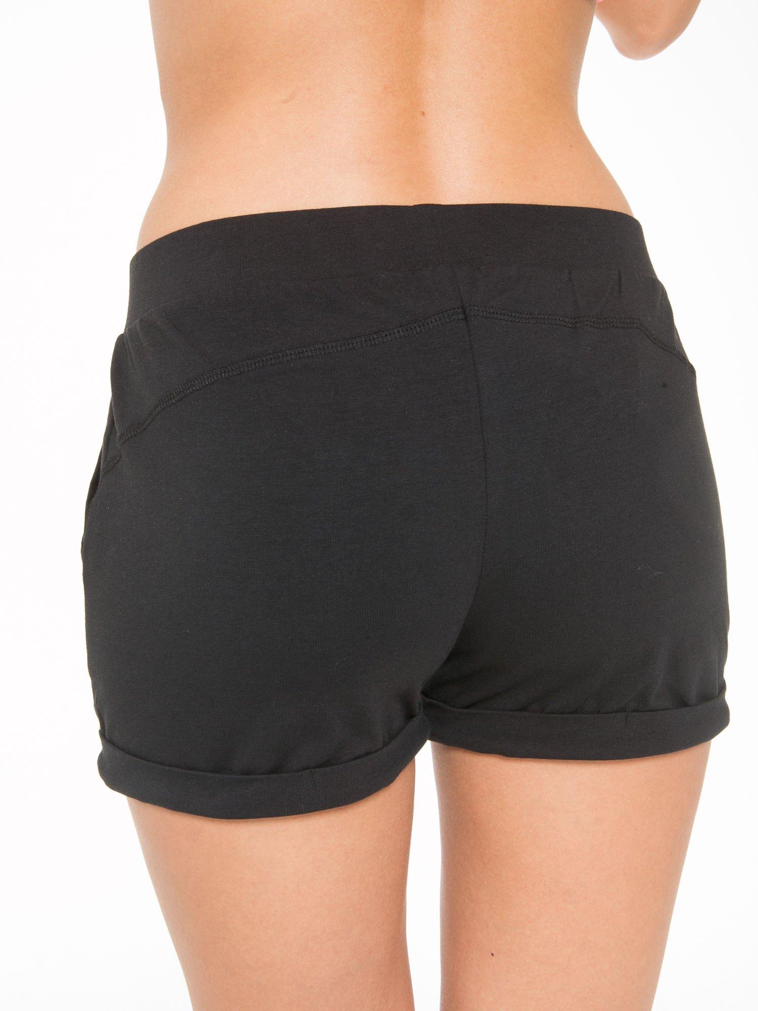 Czarne szorty dresowe z kieszeniami                                  zdj.                                  9