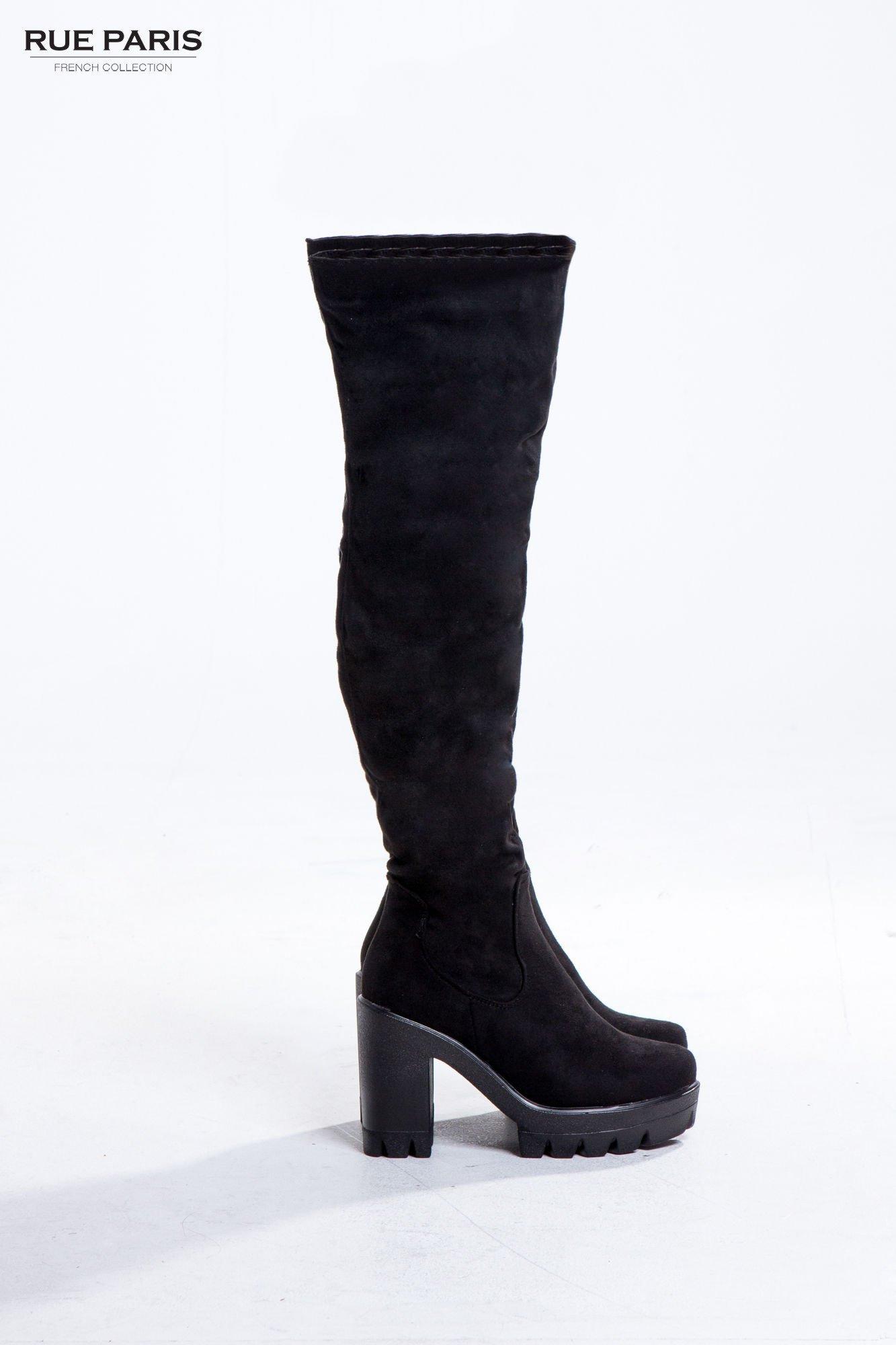 Czarne zamszowe kozaki za kolano na traperowej podeszwie                                  zdj.                                  1