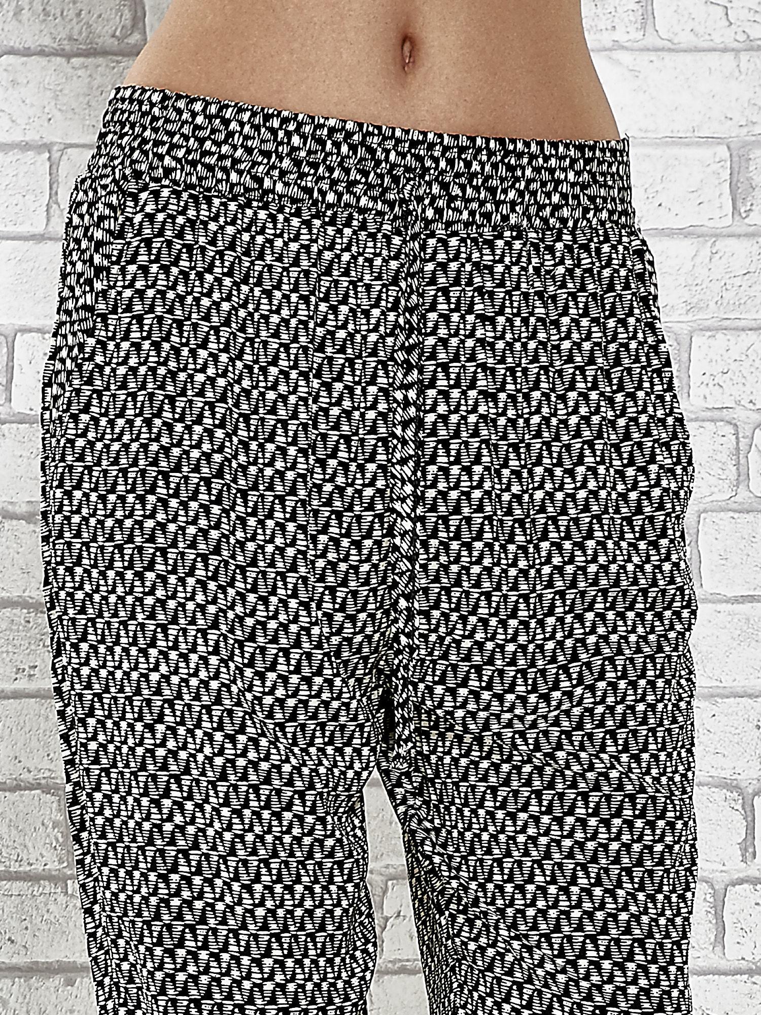 Czarne zwiewne spodnie alladynki w drobny wzór geometryczny                                  zdj.                                  5
