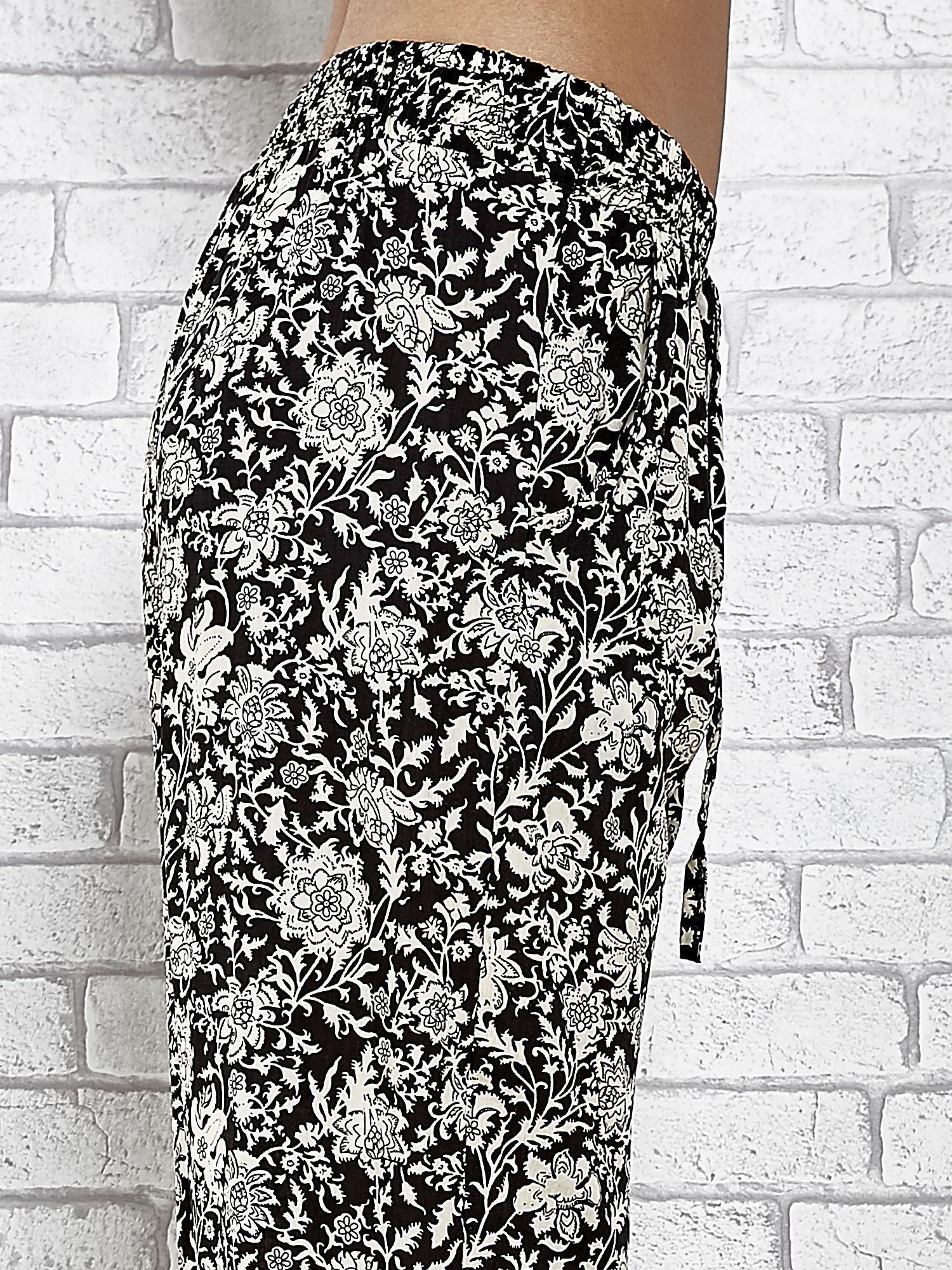 Czarne zwiewne spodnie alladynki we wzór kwiatków                                  zdj.                                  6