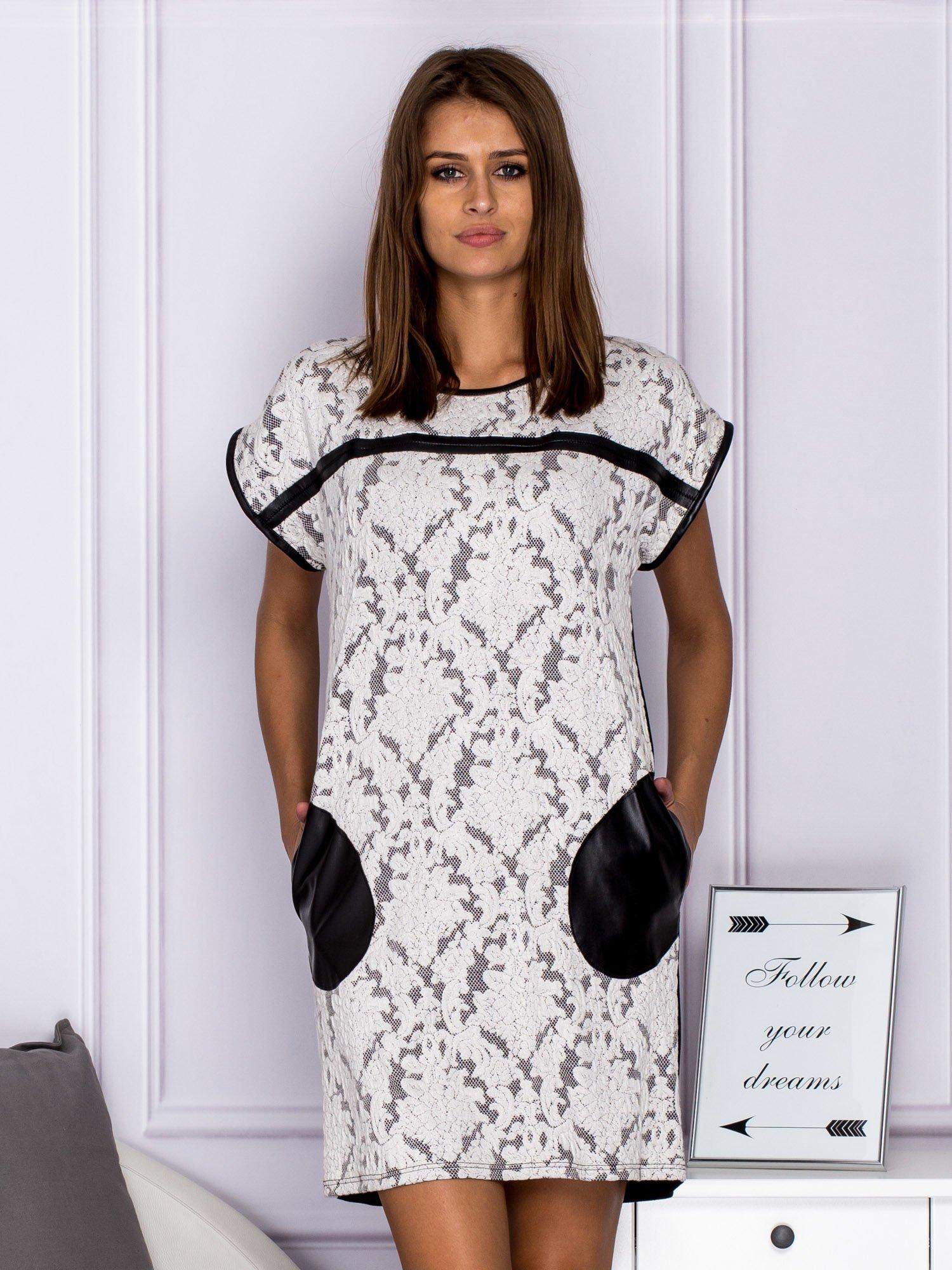 845fd526a8 Czarno-biała sukienka koktajlowa w ornamentowy wzór - Sukienka ...