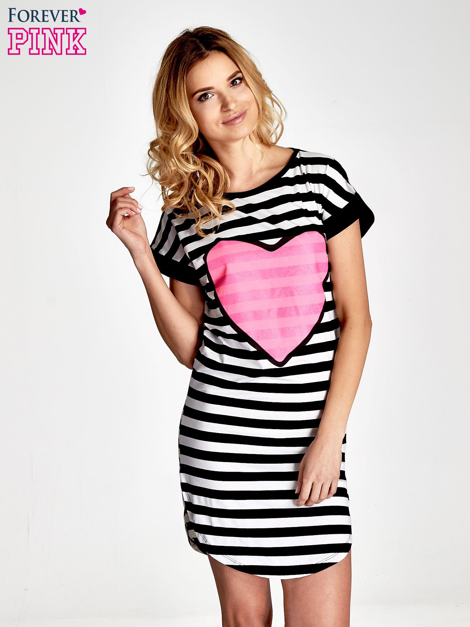 Czarno-biała sukienka w paski z nadrukiem serca                                  zdj.                                  1