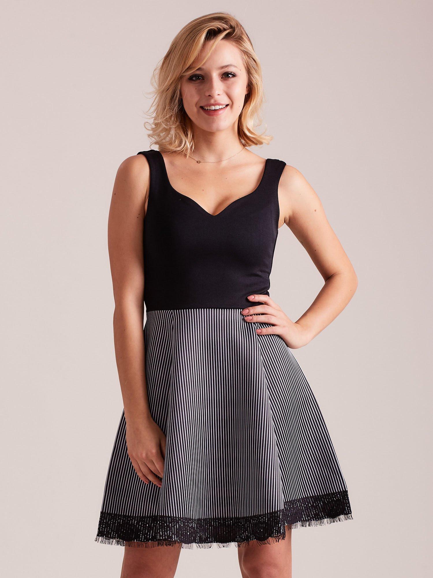 386bf28cf2 Czarno-biała sukienka z dołem w paski - Sukienka koktajlowa - sklep  eButik.pl