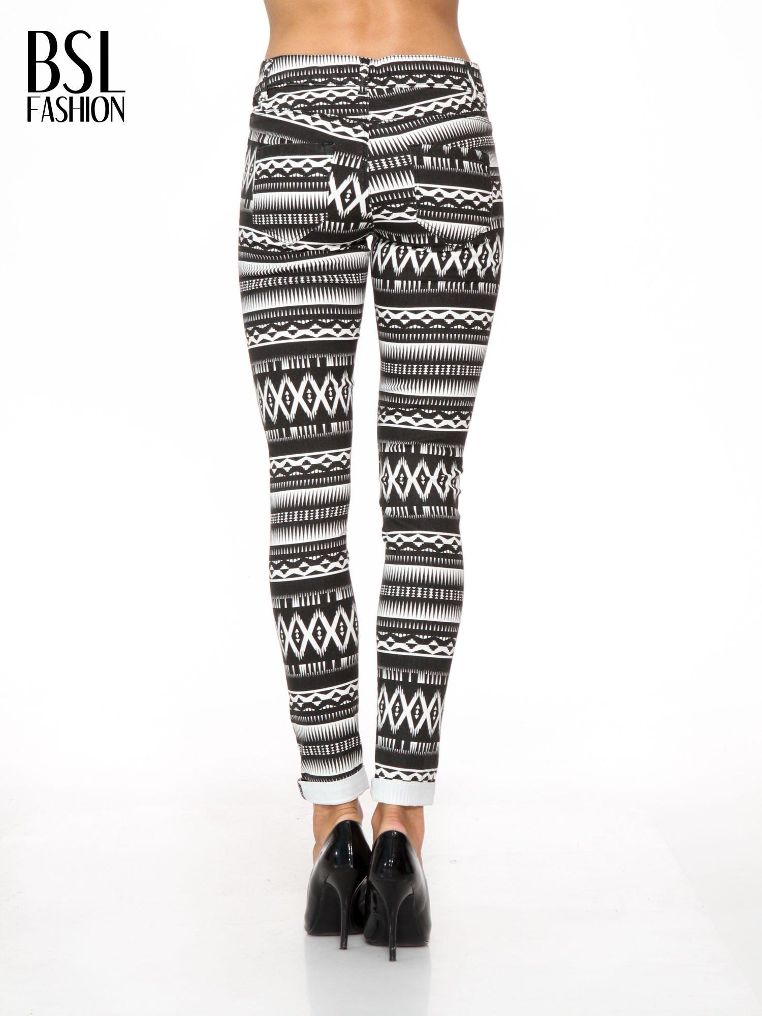 Czarno-białe spodnie rurki w azteckie wzory                                  zdj.                                  4