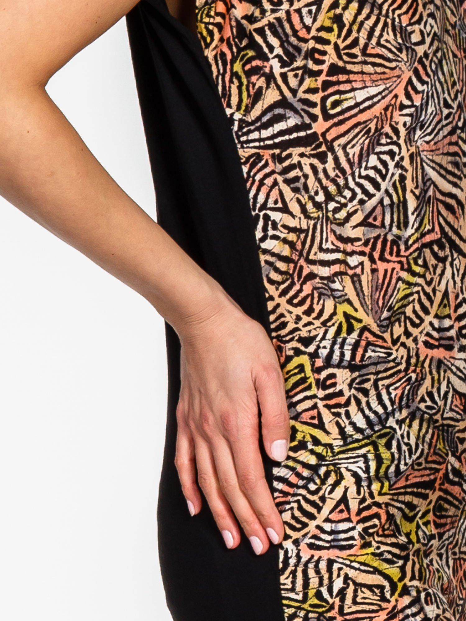 Czarno-koralowy t-shirt w graficzne wzory                                  zdj.                                  7