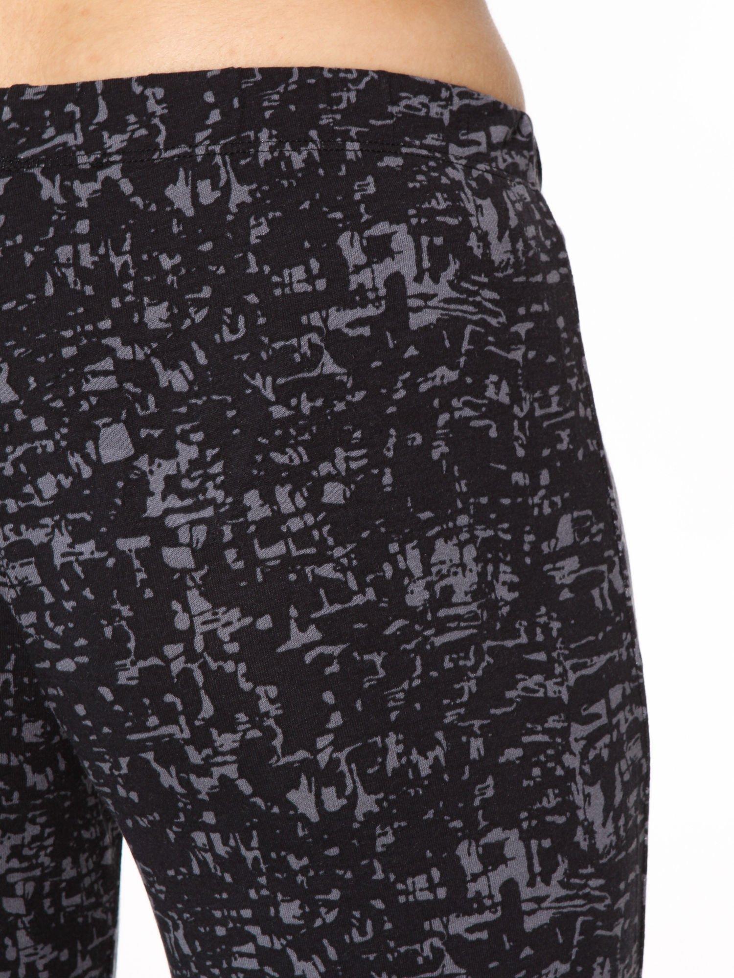 Czarno-szare wzorzyste spodnie typu dzwony                                  zdj.                                  5