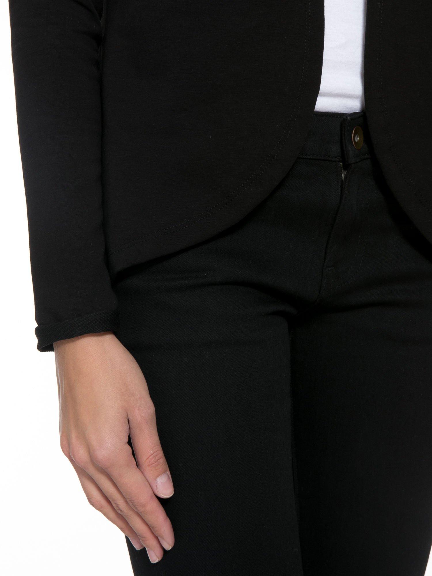 Czarny dresowy żakiet z zaokrąglonymi bokami                                  zdj.                                  9