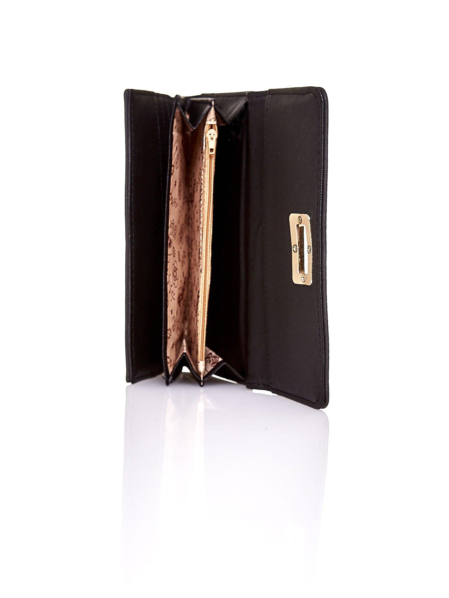 Czarny fakturowany portfel ze stylizowanym zapięciem                                   zdj.                                  5