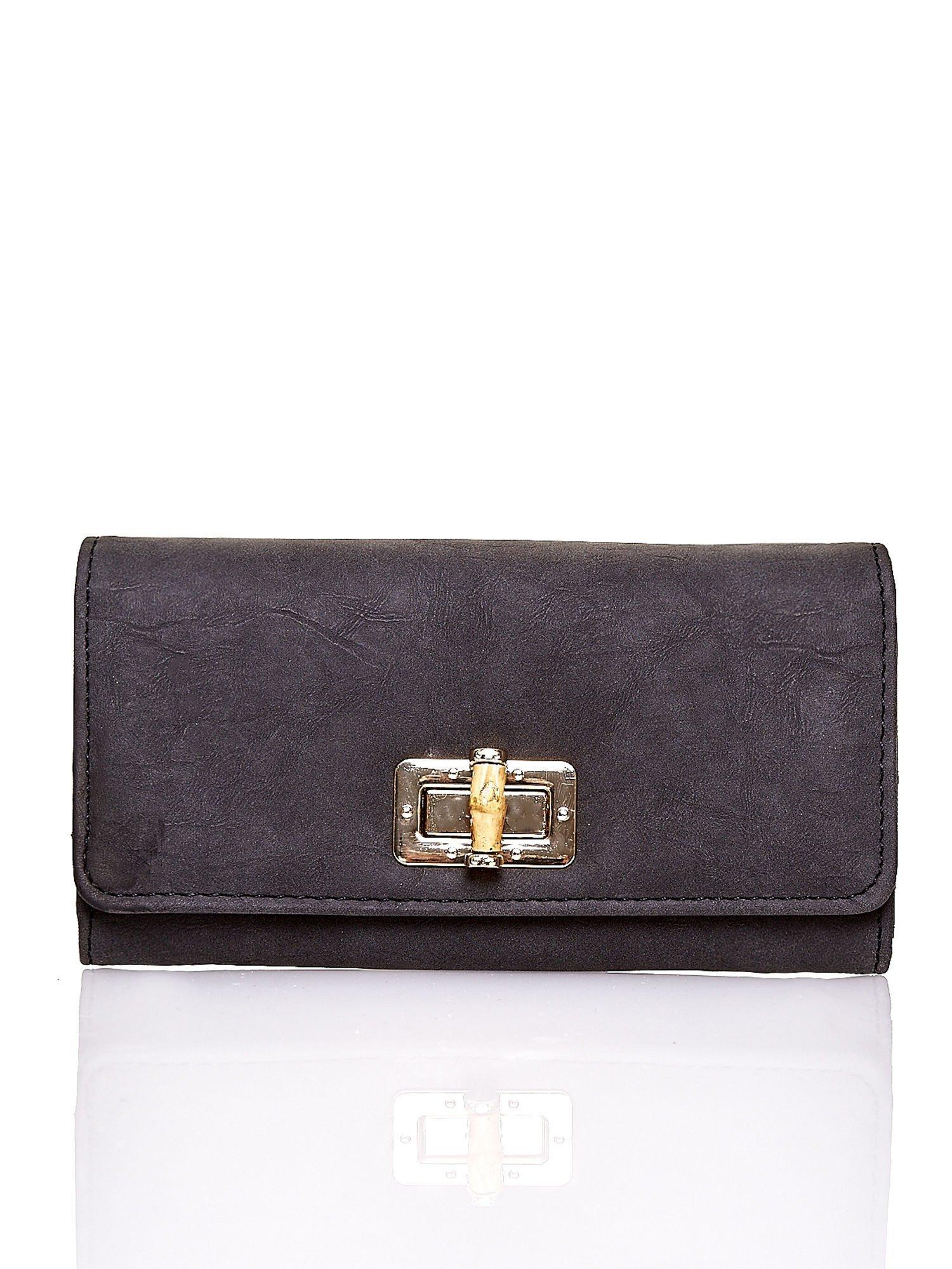 Czarny fakturowany portfel ze stylizowanym zapięciem                                   zdj.                                  1