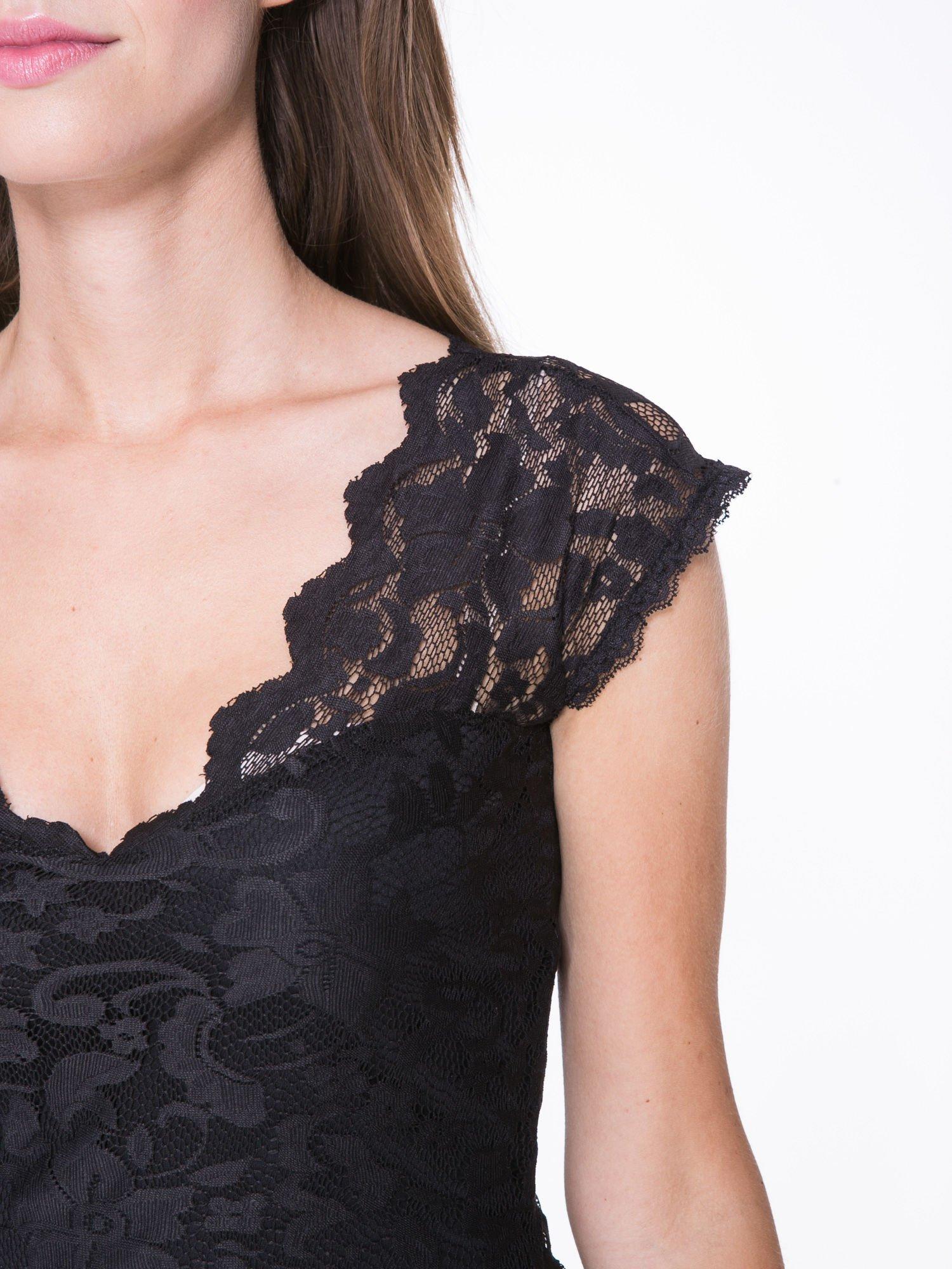 Czarny koronkowy t-shirt z głębokim dekoltem                                  zdj.                                  6