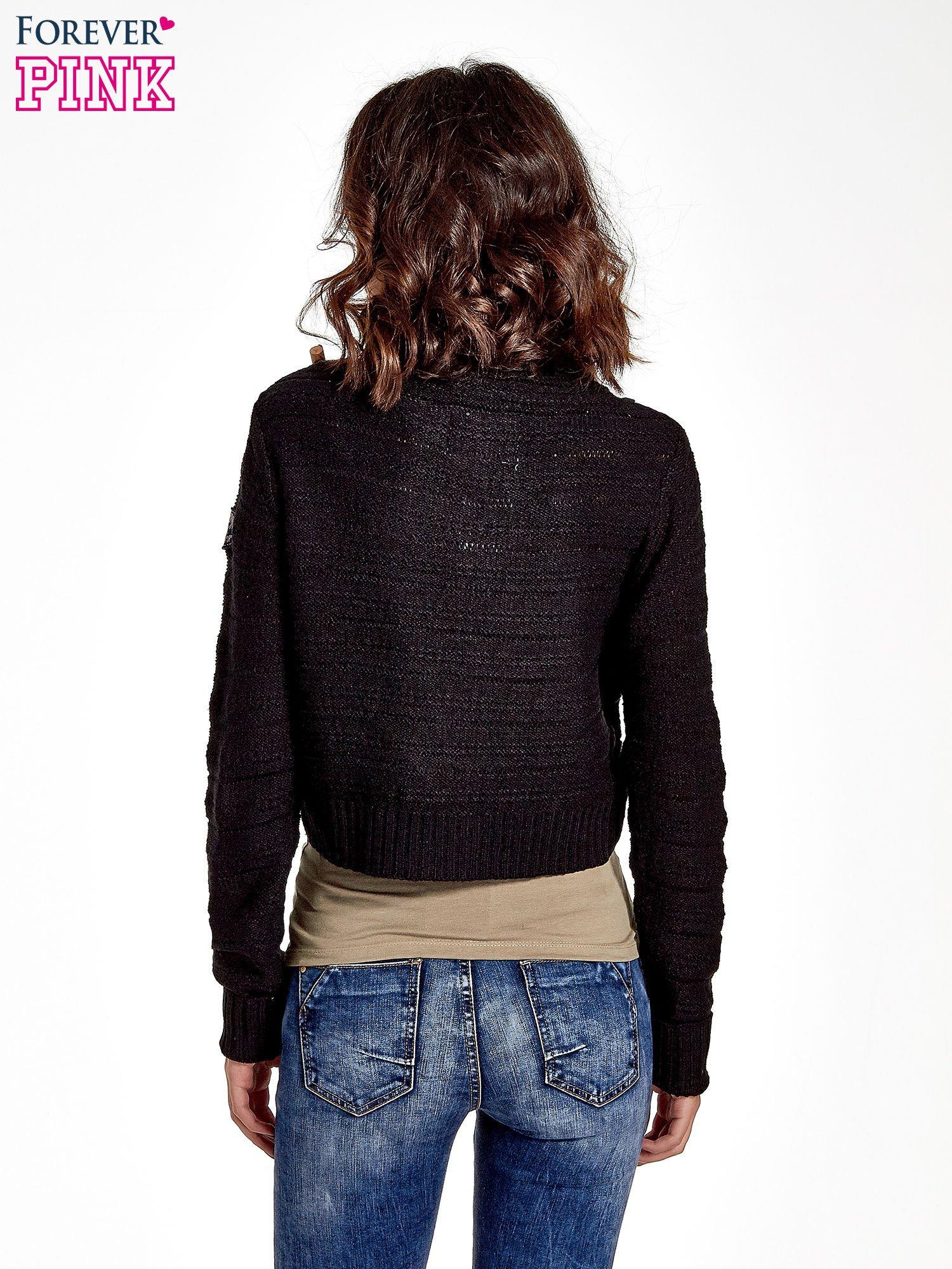 Czarny krótki sweter narzutka z kołnierzem                                  zdj.                                  4