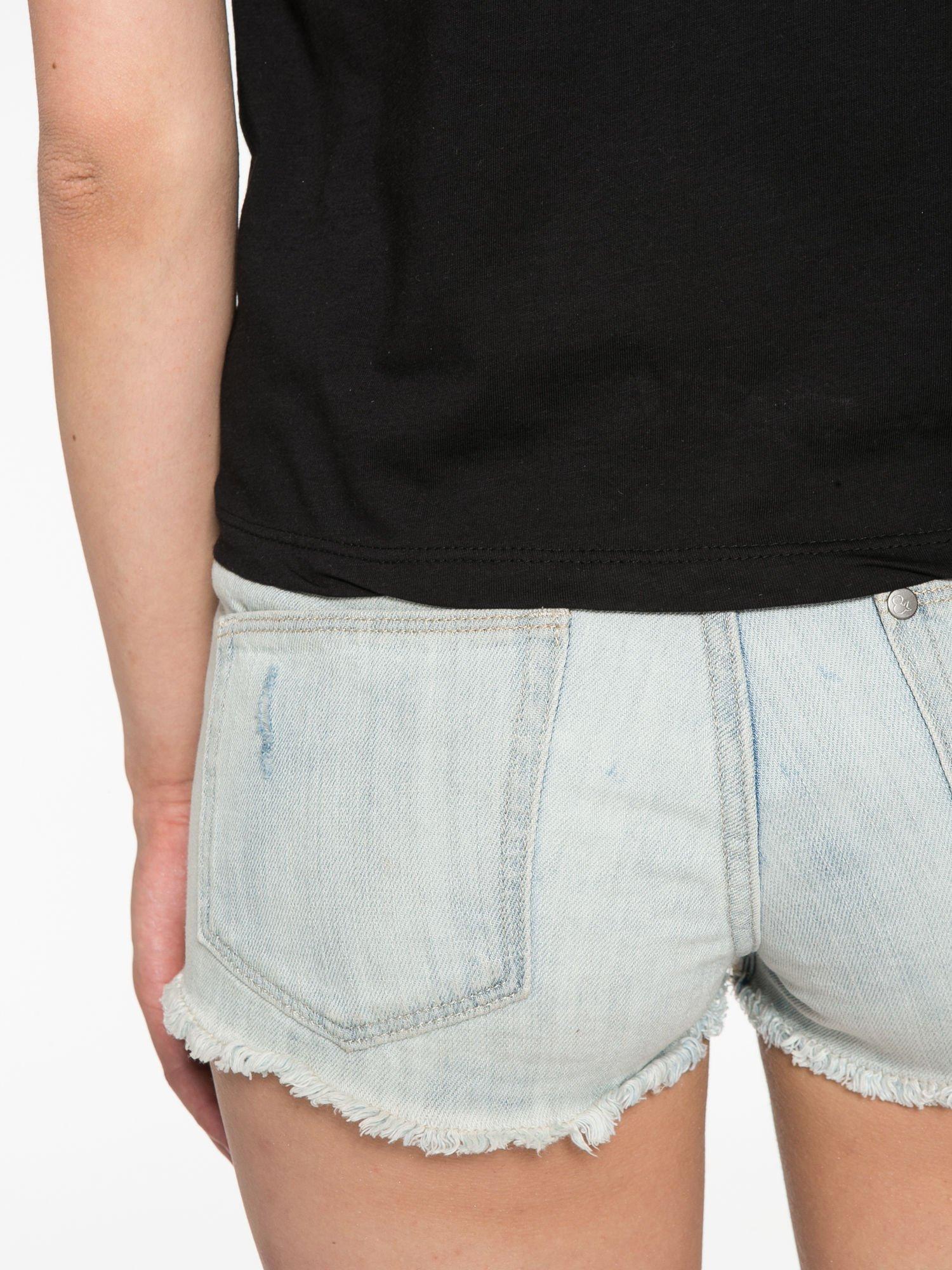 Czarny krótki t-shirt z nadrukiem stokrotek i napisem                                  zdj.                                  11