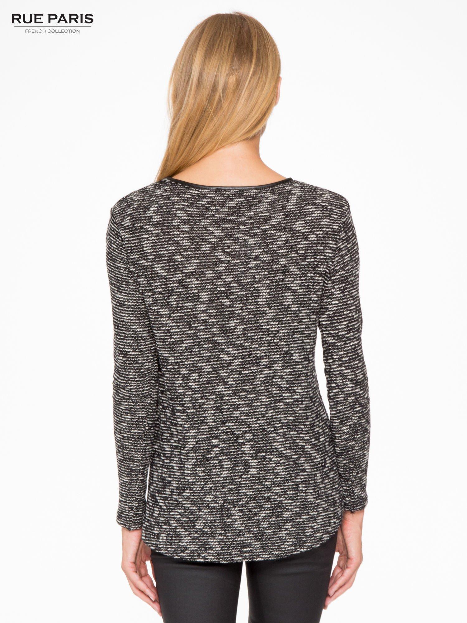 Czarny melanżowy sweter ze skórzaną lamówką przy dekolcie                                  zdj.                                  2