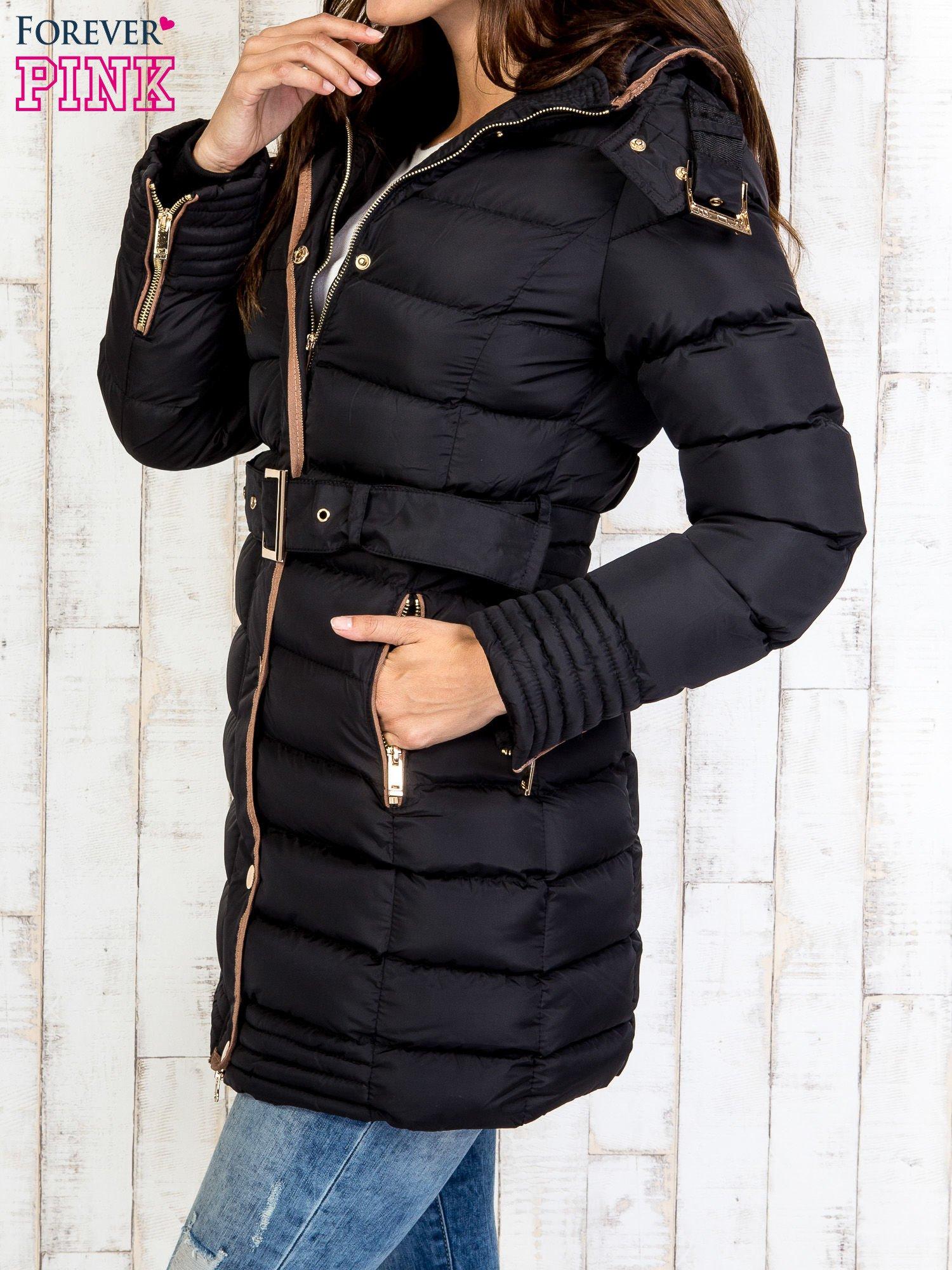 Czarny płaszcz z futrzanym kołnierzem i złotymi suwakami                                  zdj.                                  3