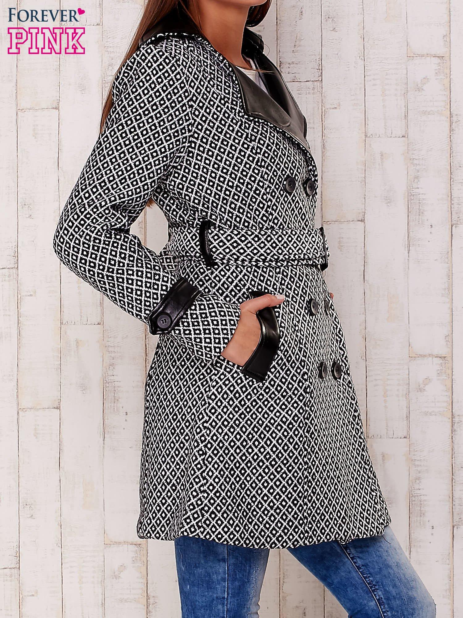 Czarny płaszcz ze skórzanym kołnierzem i paskiem                                   zdj.                                  3
