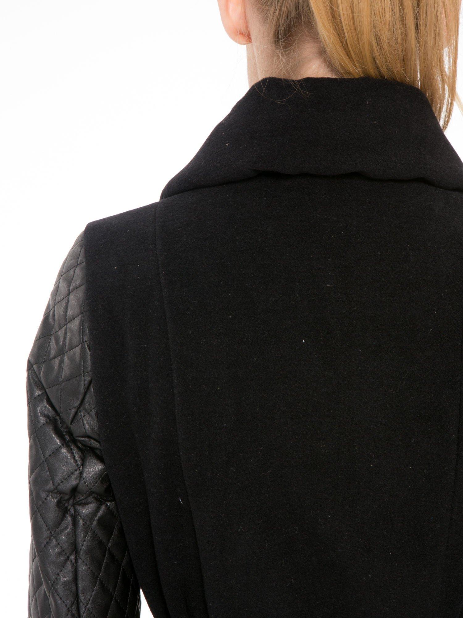 Czarny płaszcz ze skórzanymi pikowanymi rękawami                                  zdj.                                  9