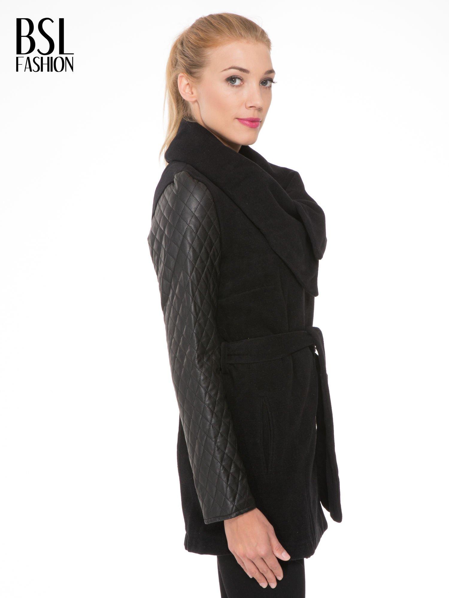 Czarny płaszcz ze skórzanymi pikowanymi rękawami                                  zdj.                                  3