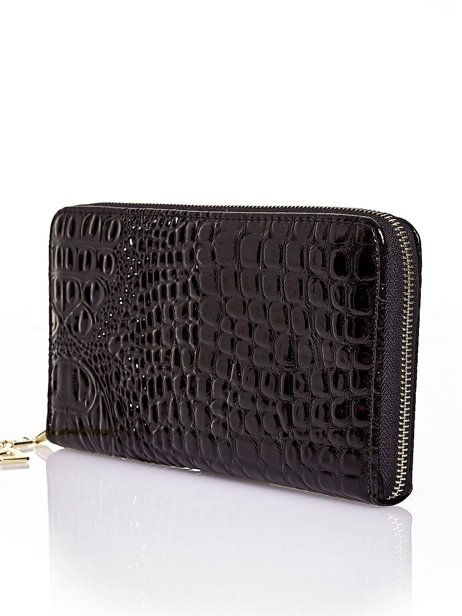 Czarny portfel kopertówka z motywem skóry krokodyla                                  zdj.                                  2