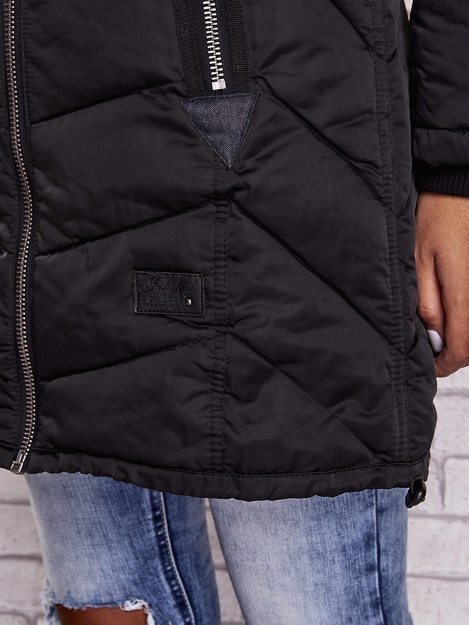 Czarny puchowy płaszcz z polarowym kołnierzem                                  zdj.                                  7