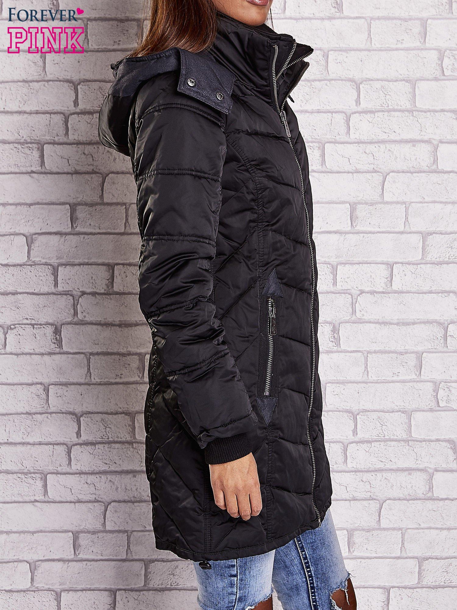 Czarny puchowy płaszcz z polarowym kołnierzem                                  zdj.                                  3