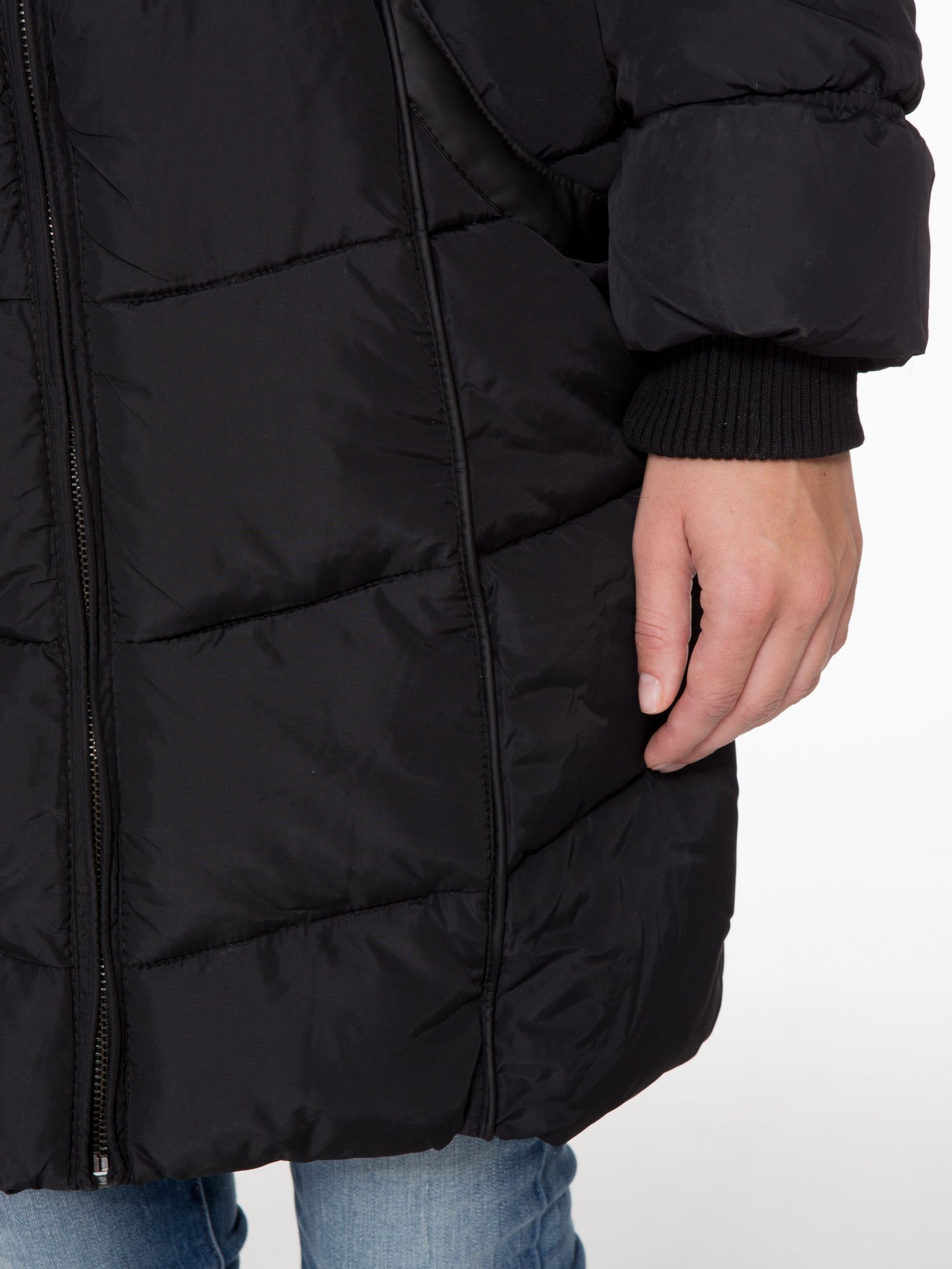 Czarny puchowy płaszcz zapinany na pasek z klamrą                                  zdj.                                  7