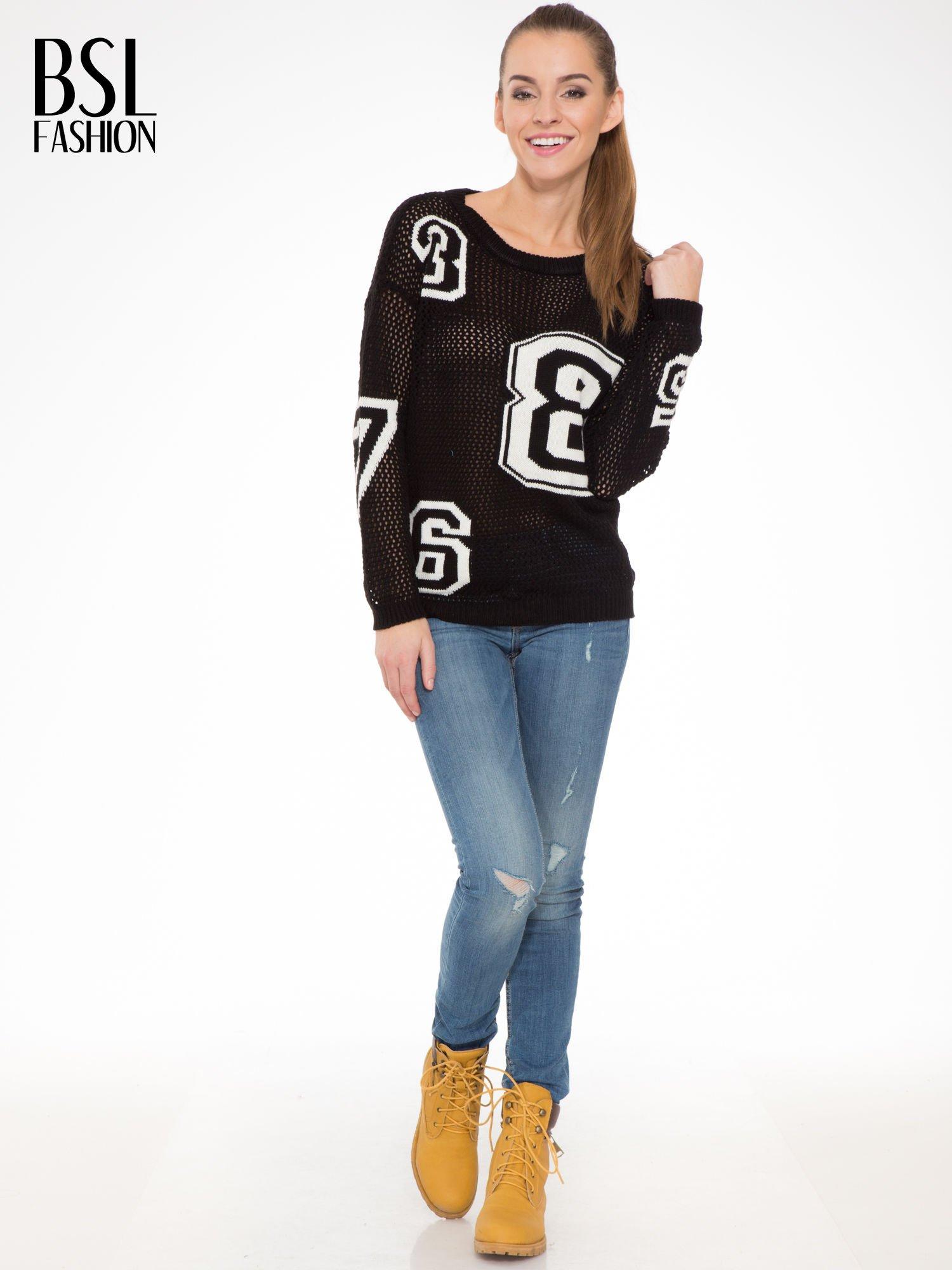 Czarny siatkowy sweter z nadrukiem numerycznym                                  zdj.                                  2