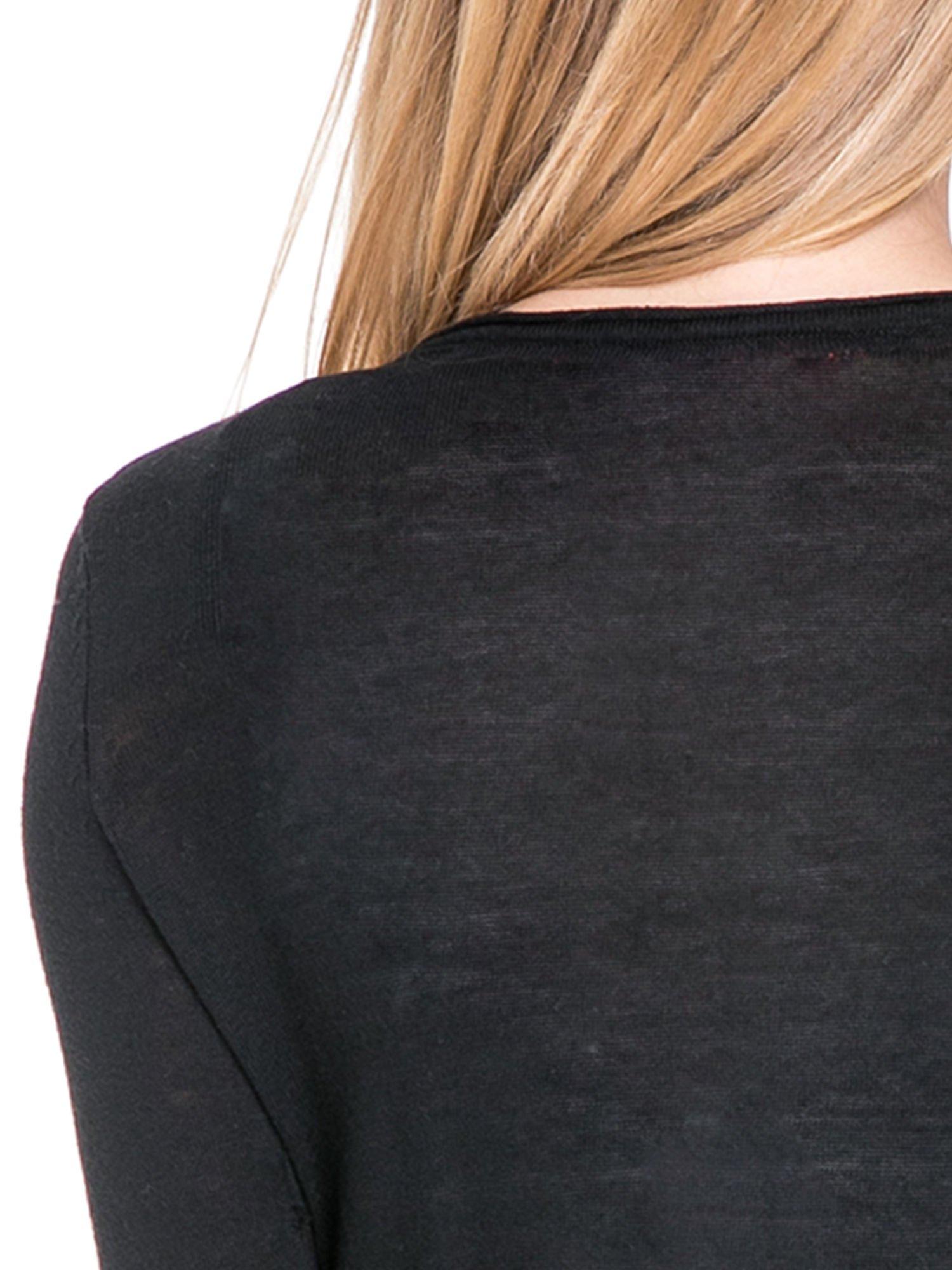 Czarny sweterek kardigan o kaskadowym fasonie                                  zdj.                                  7