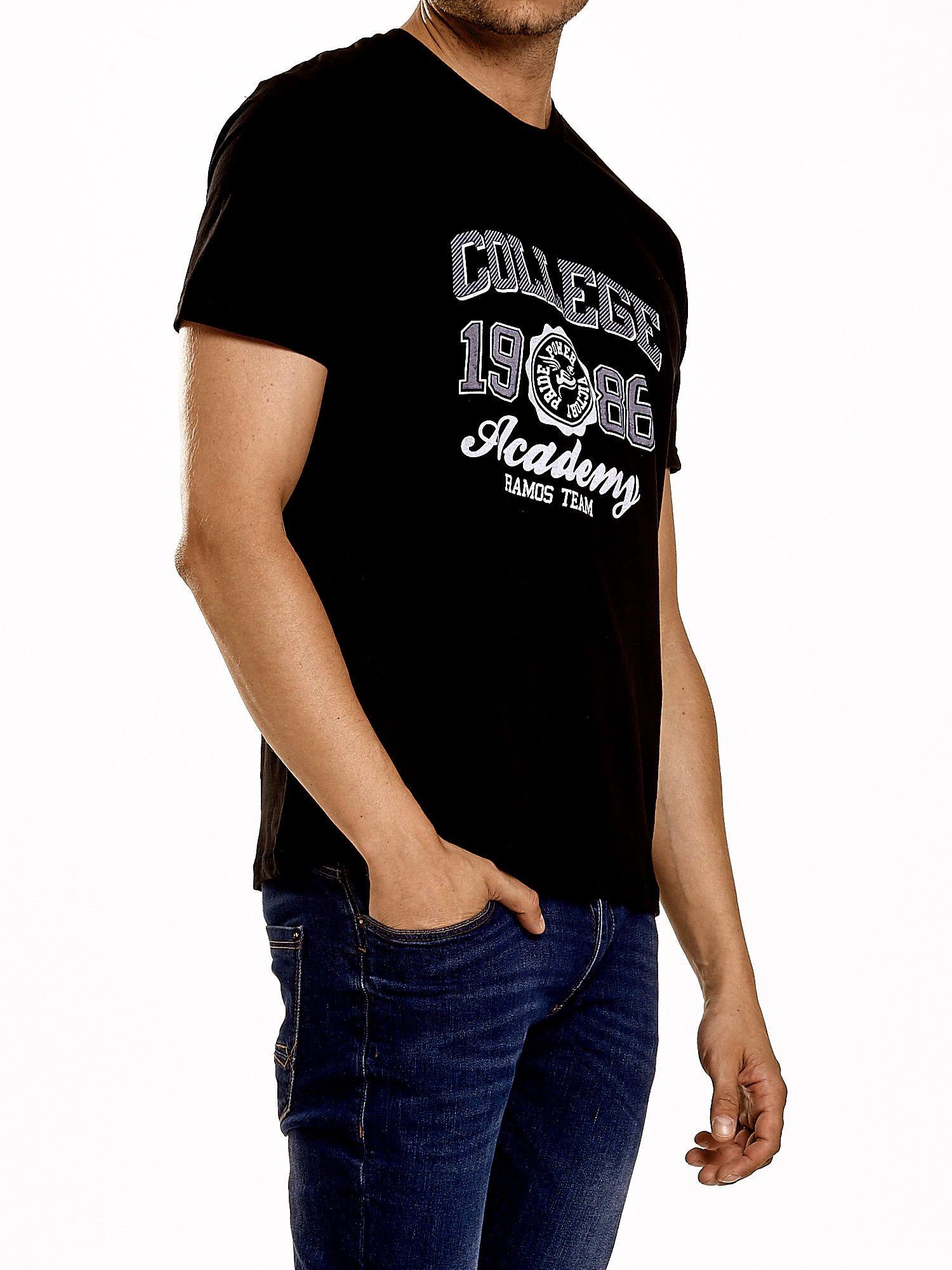 Czarny t-shirt męski z nadrukiem i napisem COLLEGE 1986                                  zdj.                                  3