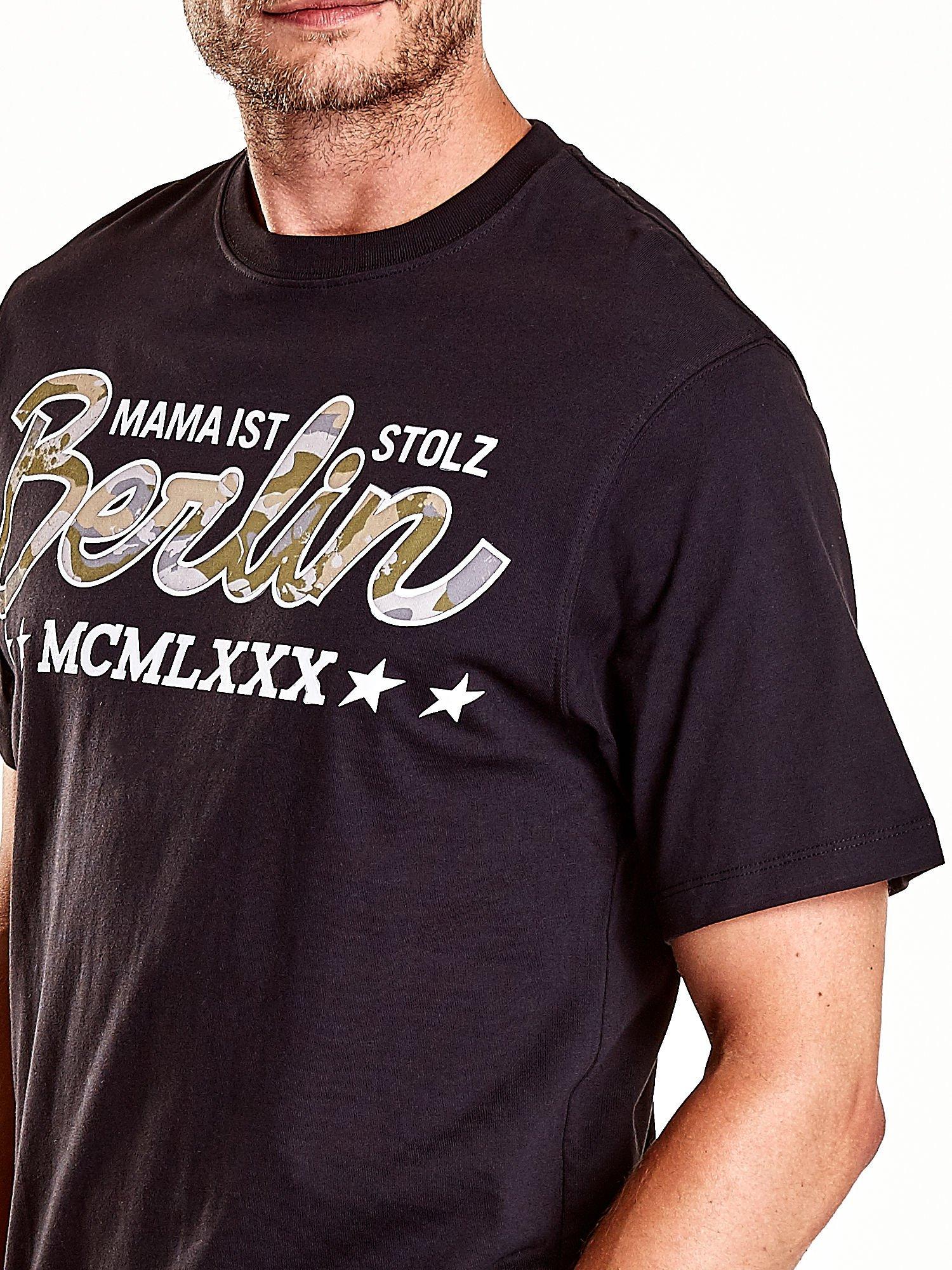 Czarny t-shirt męski z nadrukiem moro                                  zdj.                                  6