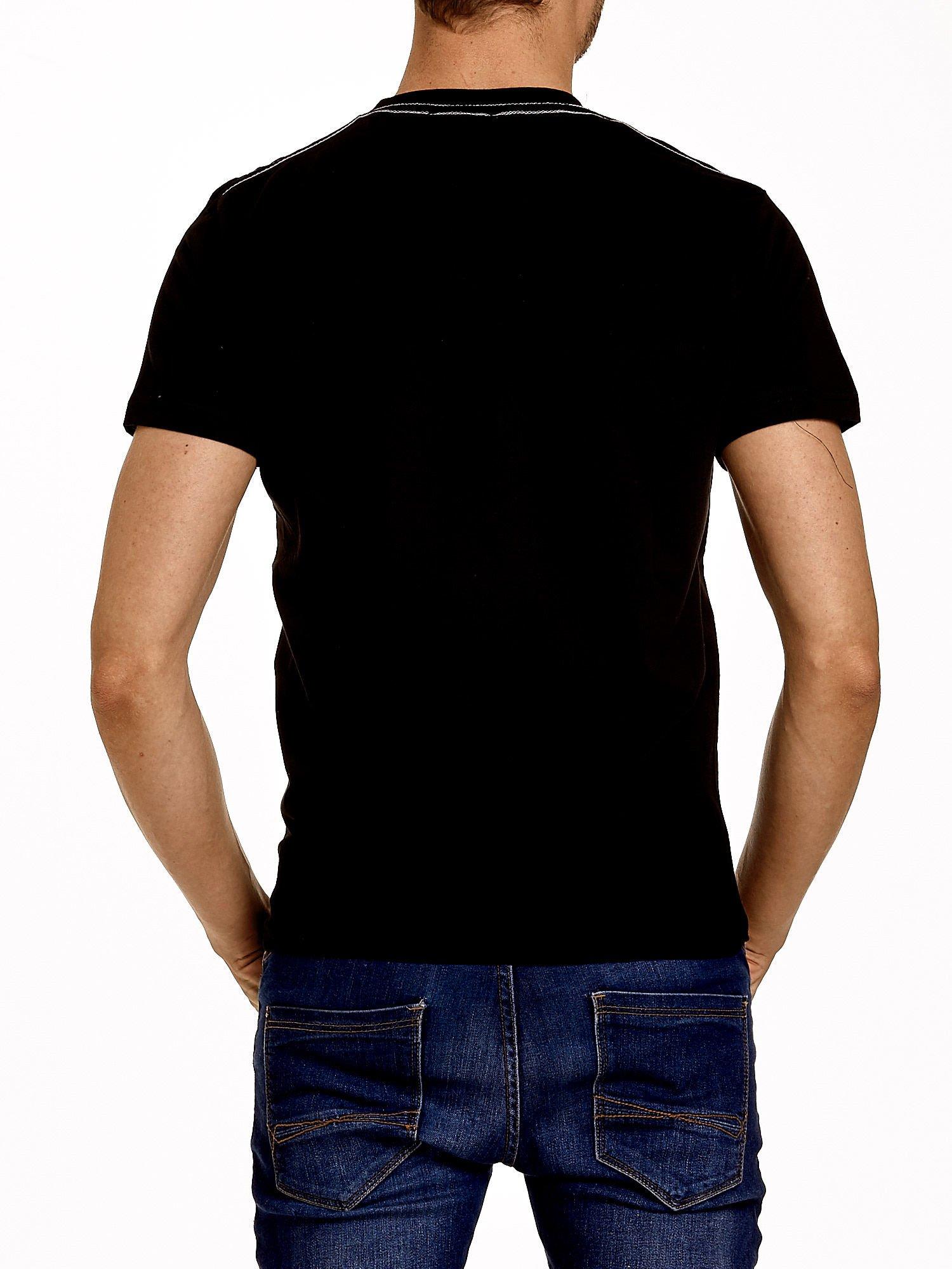 Czarny t-shirt męski ze sportowym nadrukiem i napisami                                  zdj.                                  2