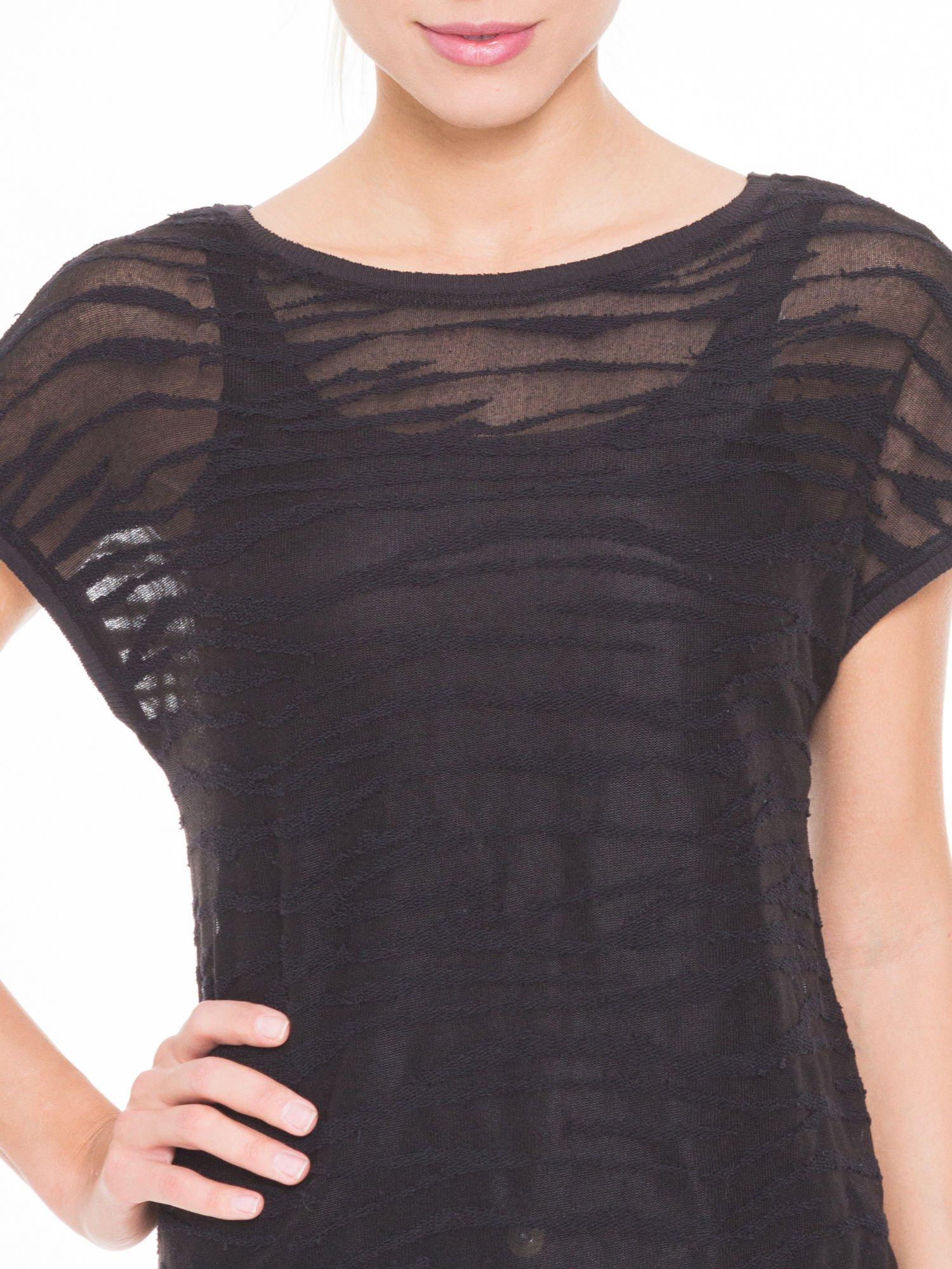 Czarny t-shirt mgiełka we wzór animal print                                  zdj.                                  5