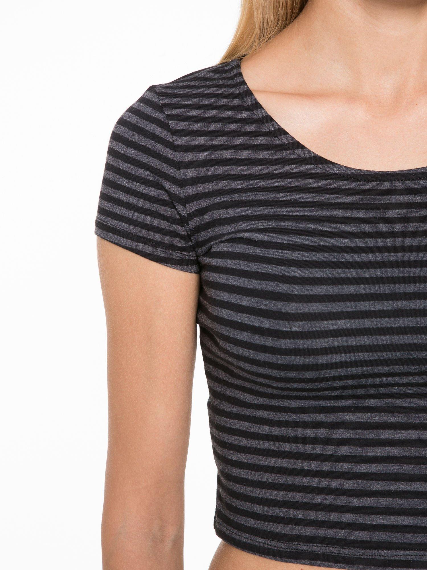 Czarny t-shirt typu crop w paski                                  zdj.                                  6