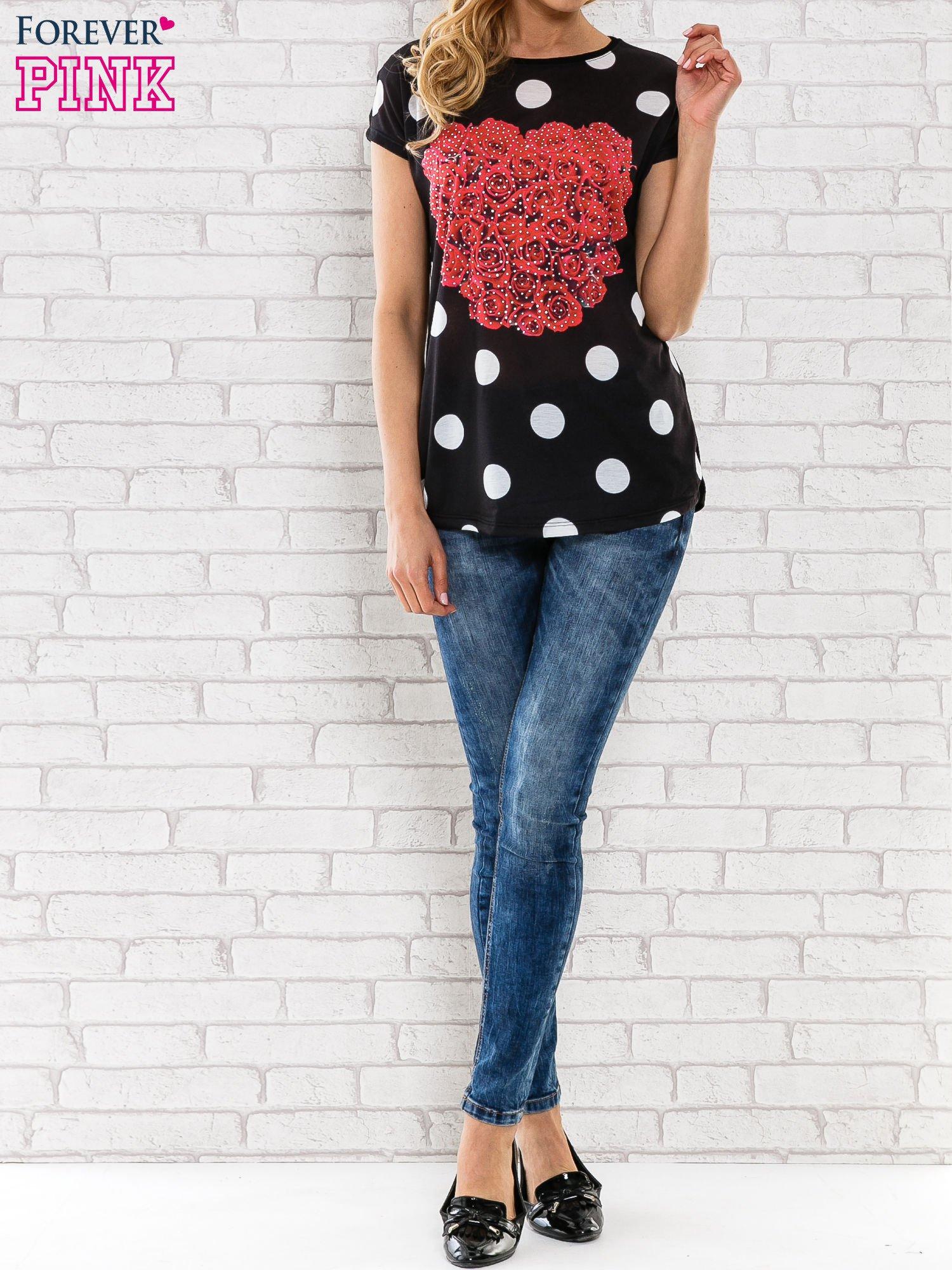 Czarny t-shirt w grochy z motywem kwiatowym                                  zdj.                                  2