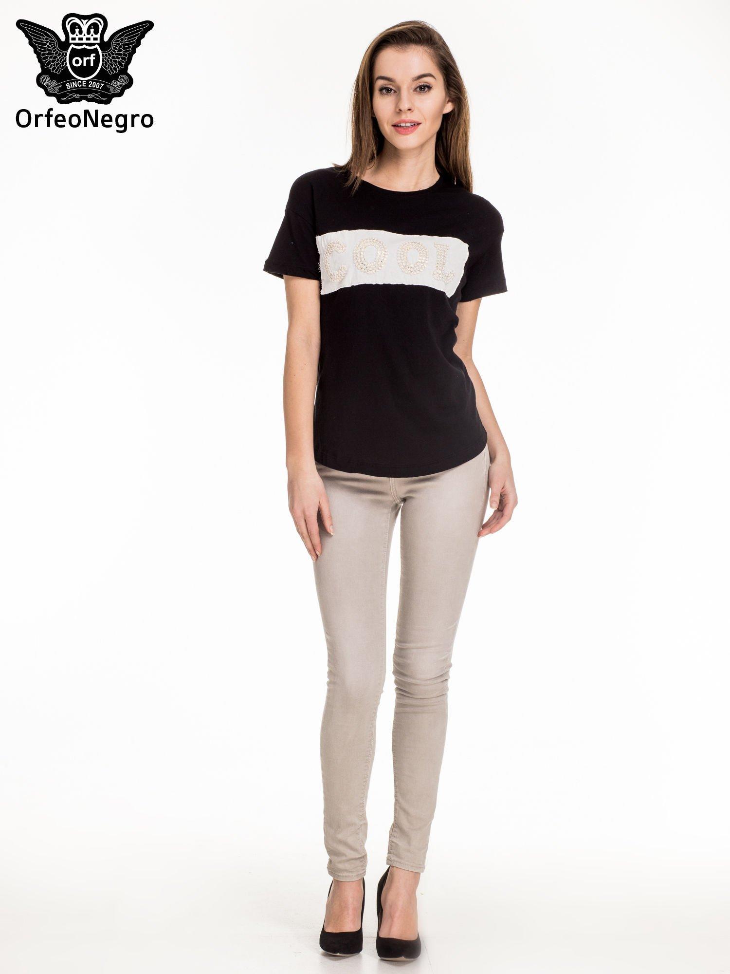 Czarny t-shirt z aplikacją COOL z cekinów                                  zdj.                                  2