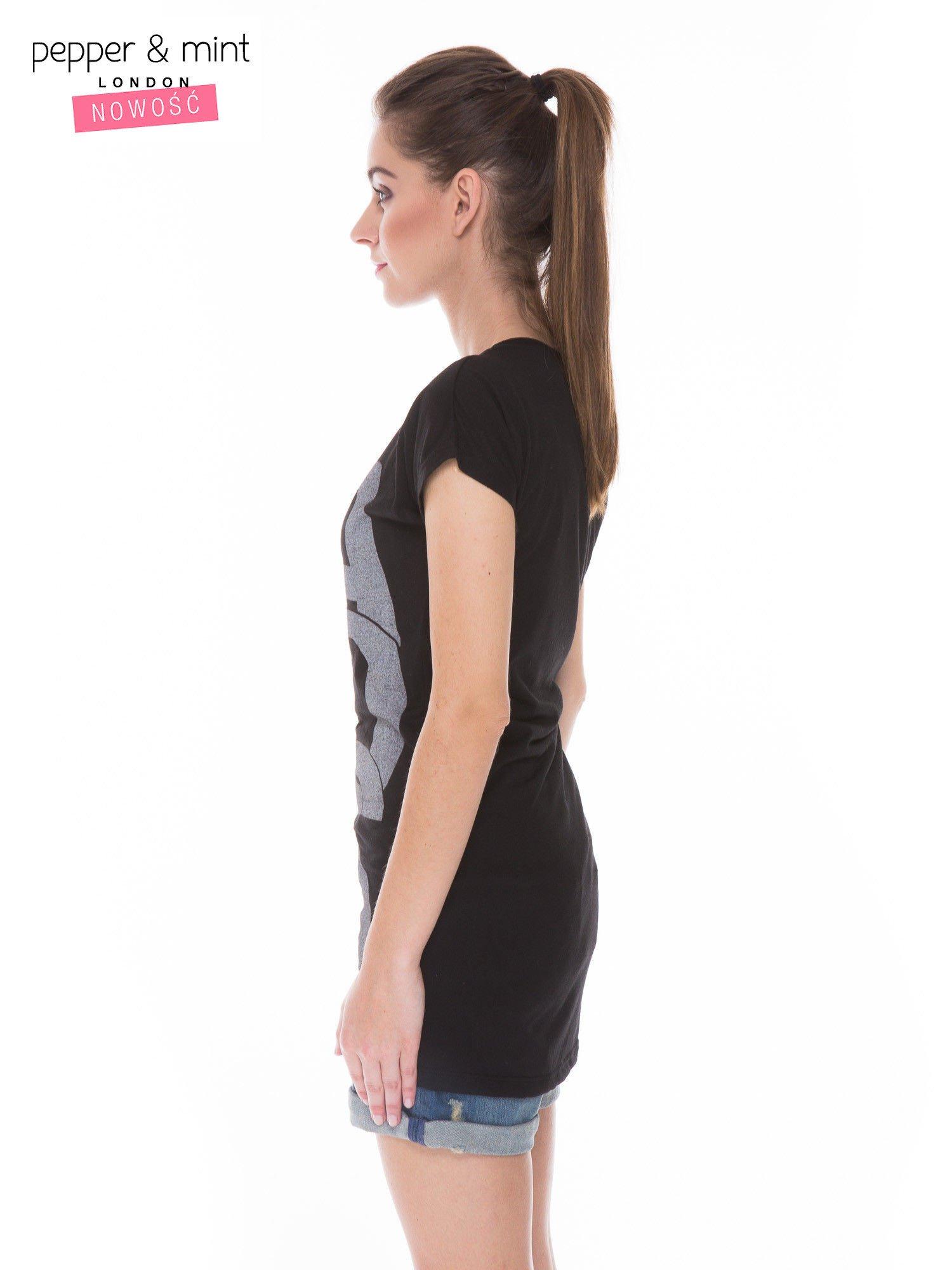 Czarny t-shirt z dużym nadrukiem tekstowym FAMOUS                                  zdj.                                  2