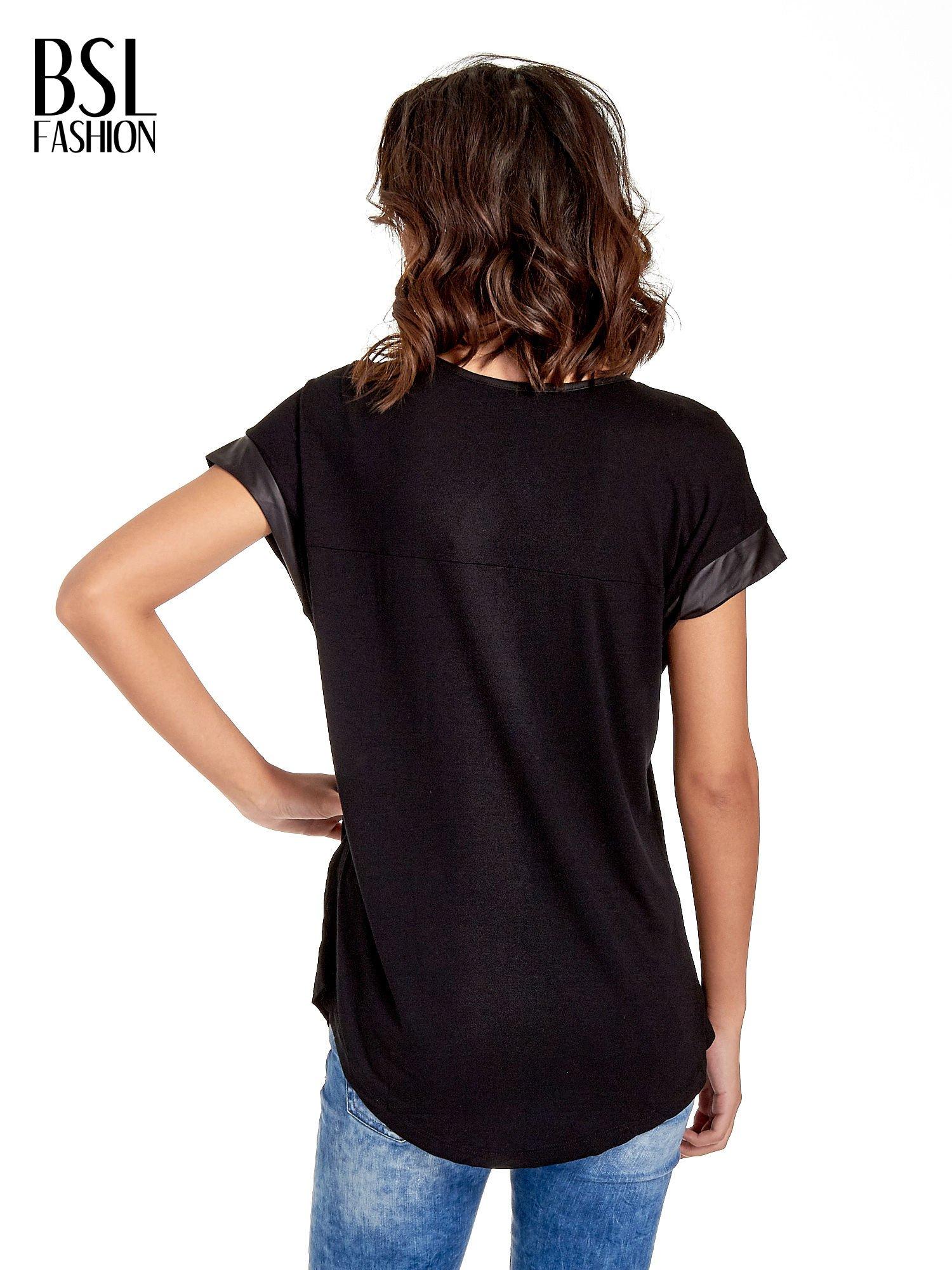 Czarny t-shirt z fotografią w stylu vintage i skórzanymi wstawkami przy rękawach                                  zdj.                                  4