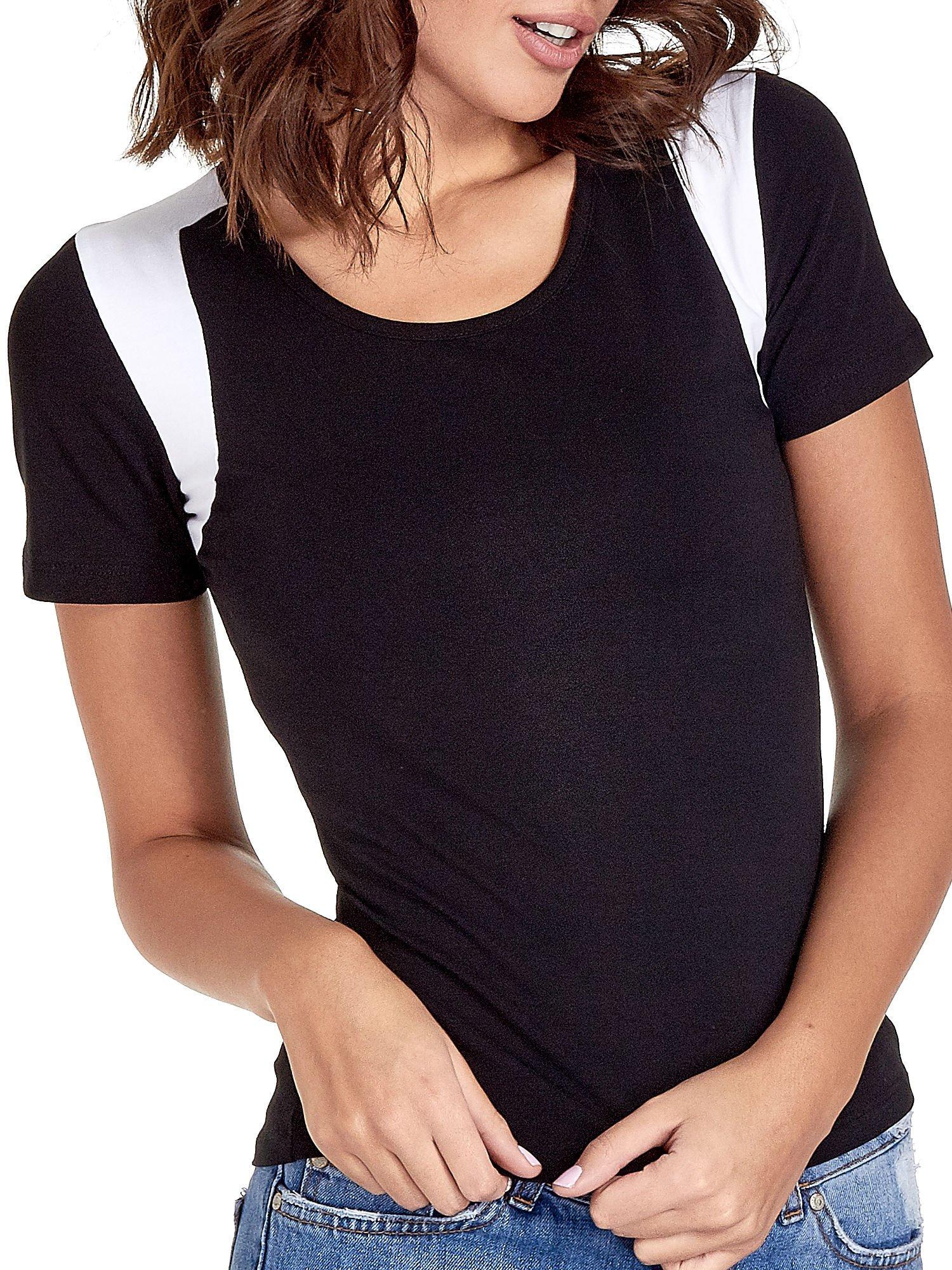 Czarny t-shirt z kontrastowym panelem na plecach                                  zdj.                                  5